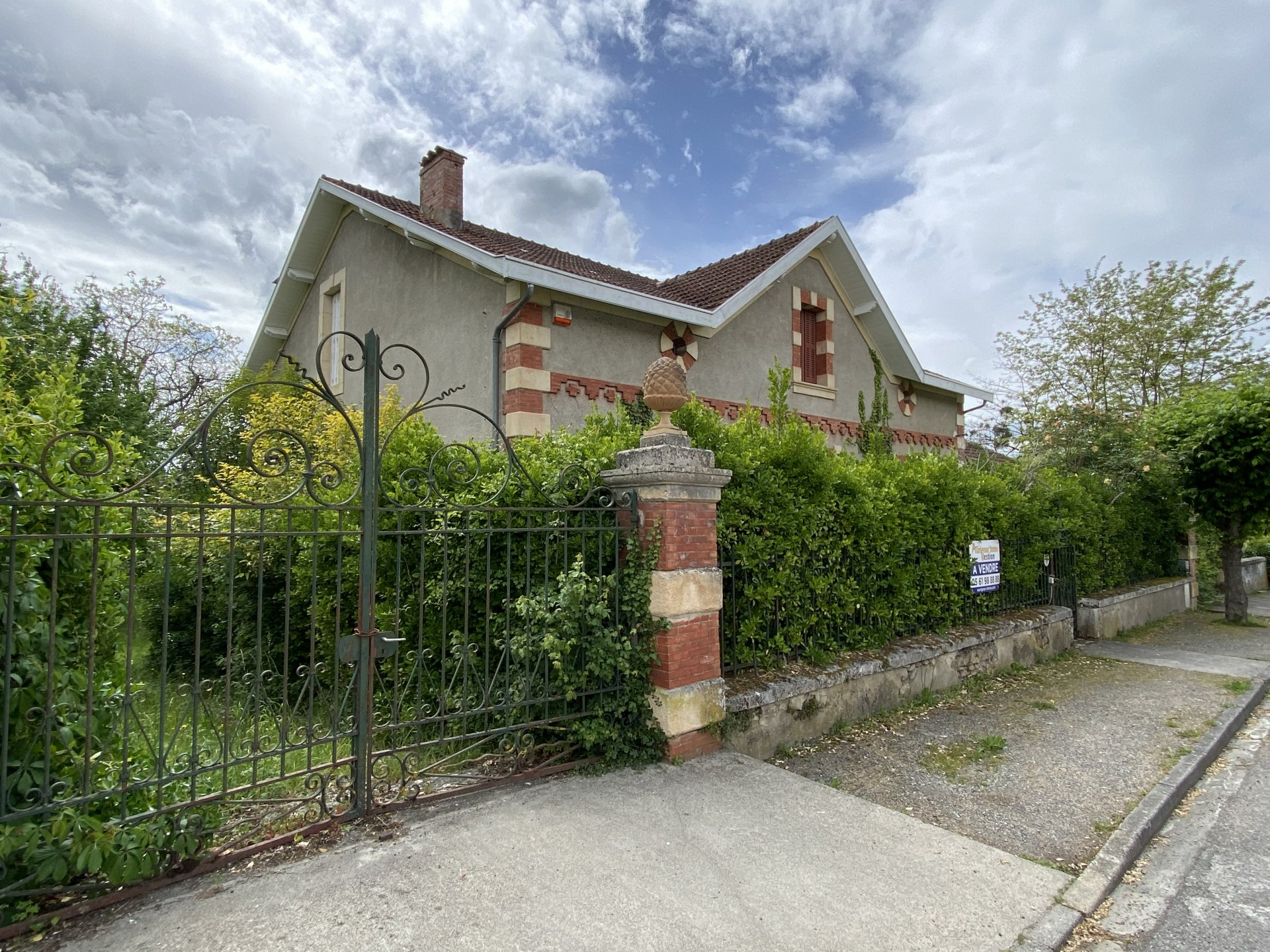 Centre Aurignac, beautiful old house to renovate with garden of about 2300m²
