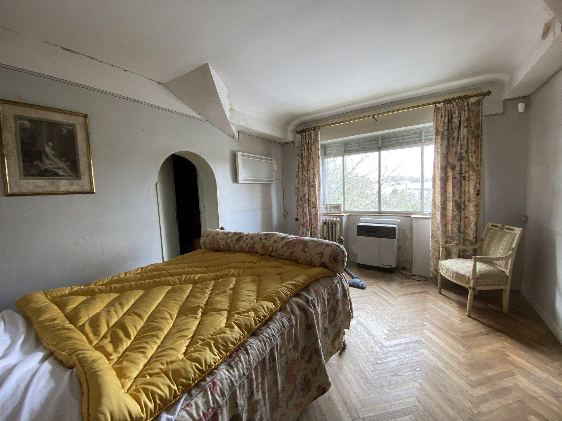 Centre Aurignac, belle maison ancienne a rénover avec jardin arboré d'environ 2300m²