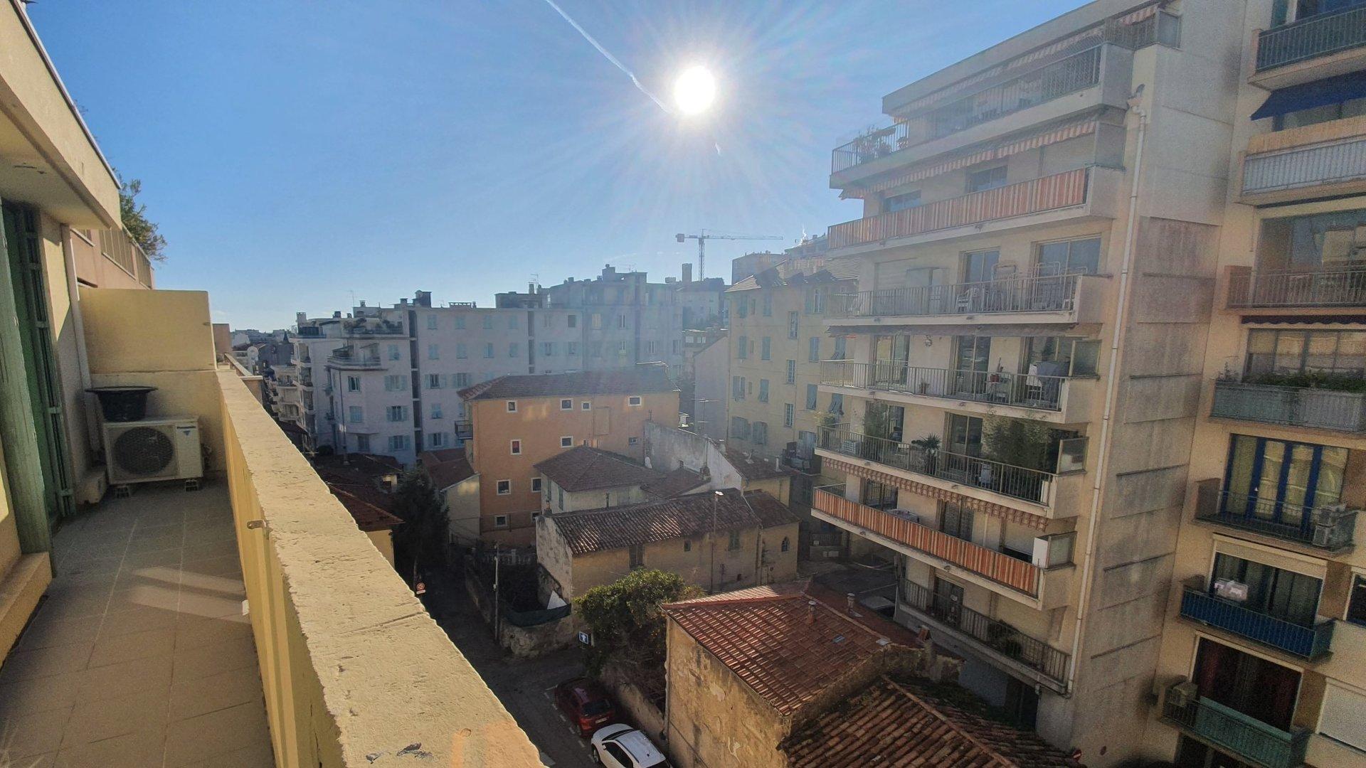 2 Pieces Caffarelli  RÉNOVÉ avec Grand balcon