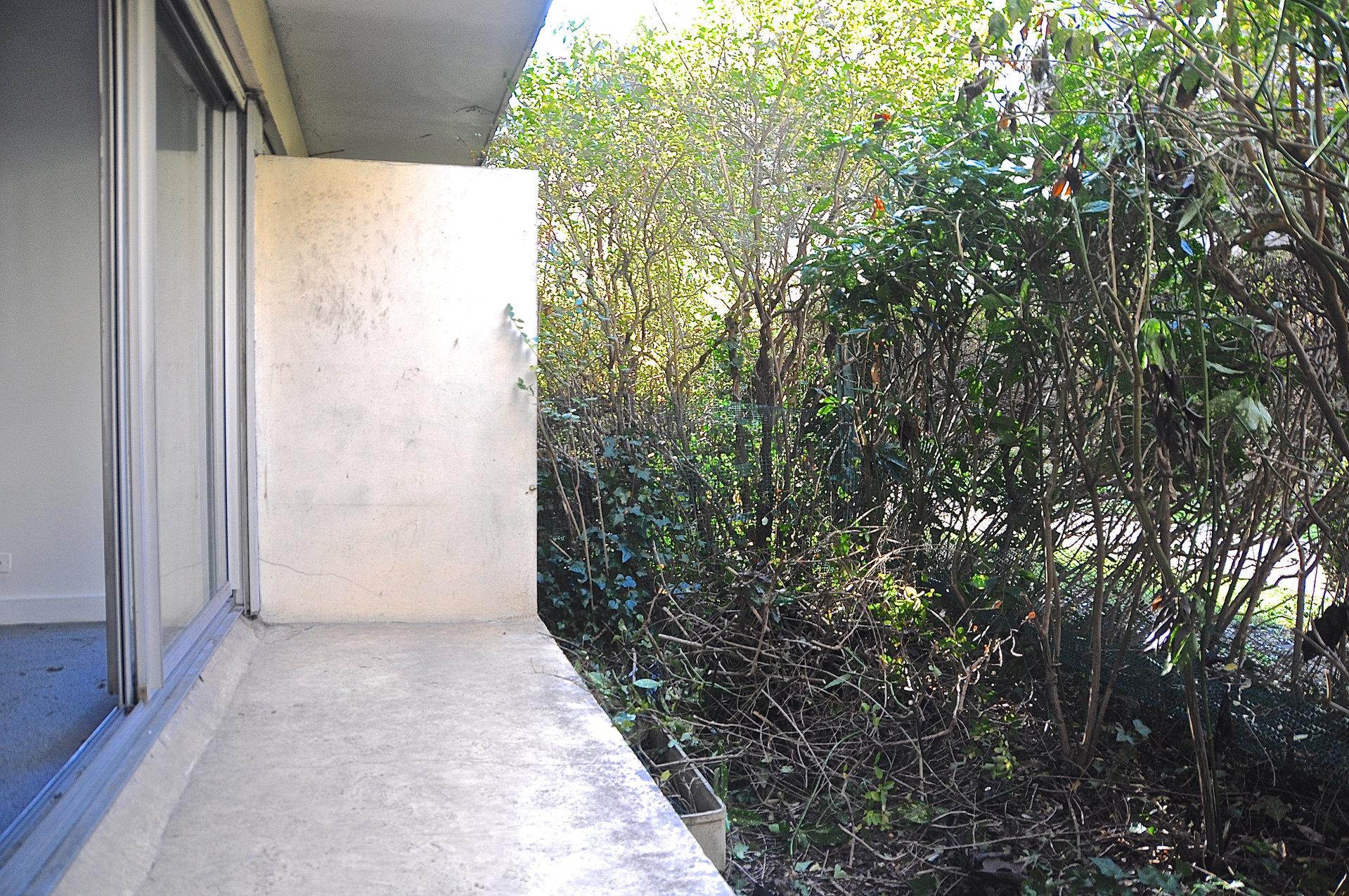 Studio en rez-de -jardin avec terrasse