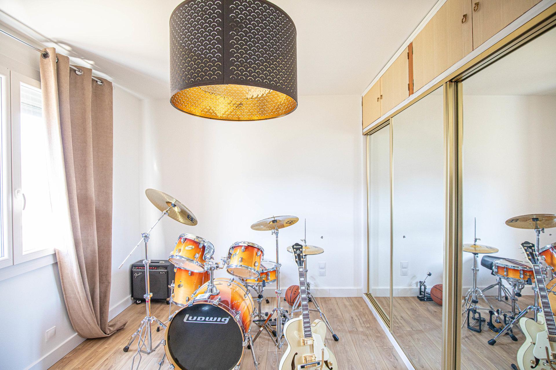MODERN HOUSE - Maison T4 de 110 m2 + Terrain 650m2 + Piscine + Garage + Cave