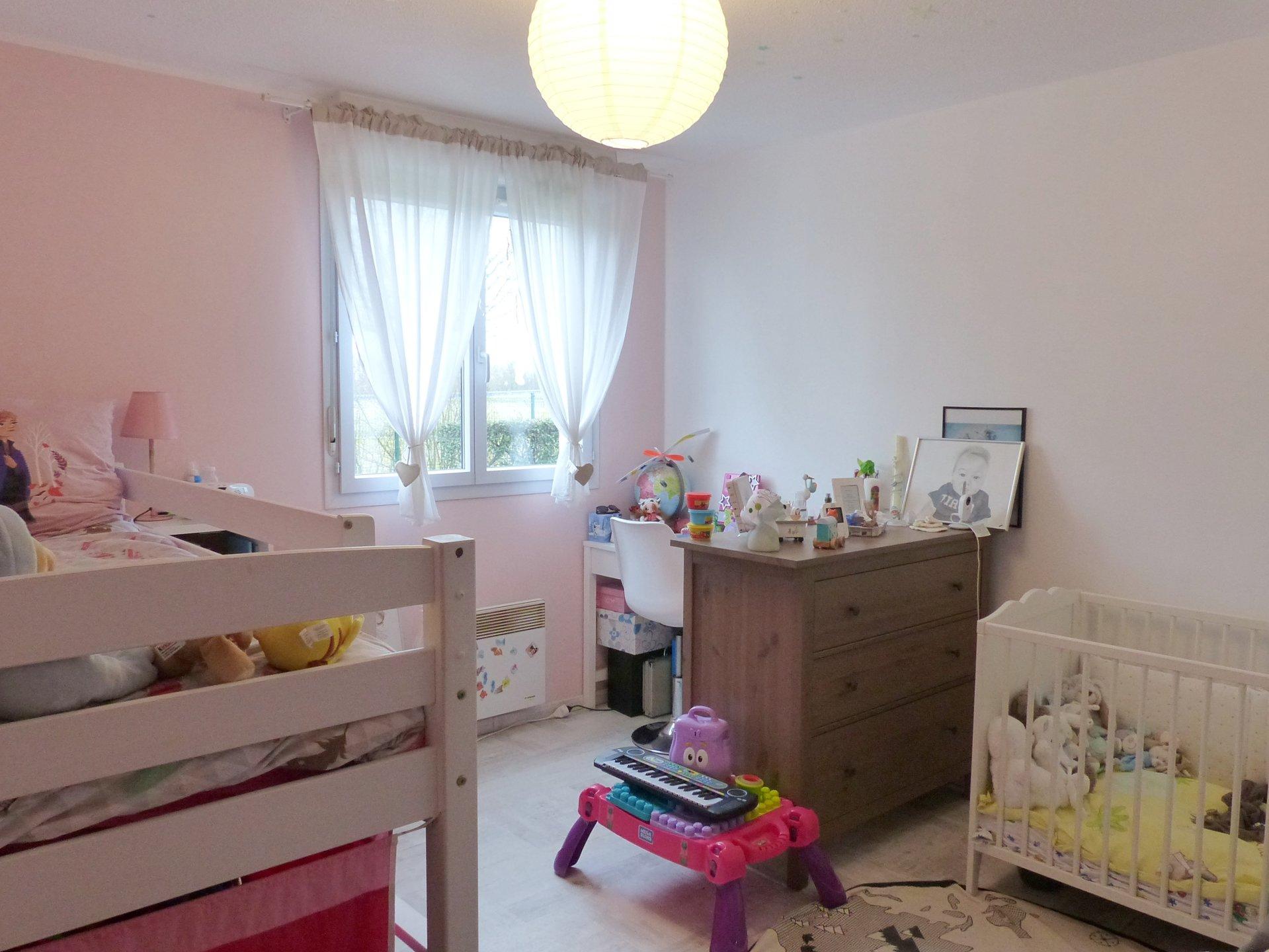 A 15 mn à pied du centre ville de Mâcon, dans une belle résidence de 2014 à Saint Laurent sur Saône, appartement 3 pièces en rez-de-jardin.  Entièrement rénové en 2018, il se compose d'une belle entrée desservant d'un côté l'espace nuit avec deux grandes chambres, une salle de douche, un wc indépendant et de l'autre une jolie pièce à vivre avec cuisine équipée donnant directement sur un bel espace extérieur d'environ 30 m².  Belle vue dégagée sur la plaine, résidence agréable, sécurisée et très bien entretenue ! Vendu avec 2 places de parking privatives.  Bien soumis au régime de la copropriété - Charges de 100 ?/mois comprenant l'eau, l'entretien des espaces verts et des communs, l'électricité des parties communes, la taxe d'ordure ménagère, l'assurance de l'immeuble. Honoraires à la charge du vendeur.