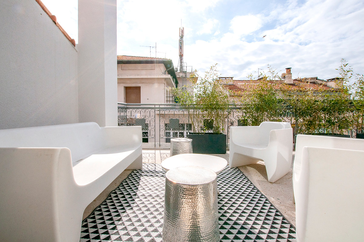 A fully renovated top floor apartment of 80sqm in the centre of Cannes with a large terrace.