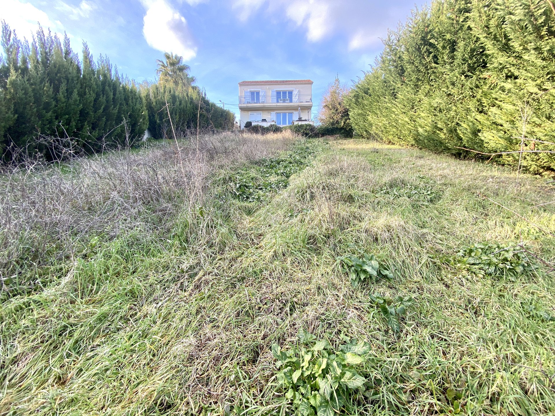 In Antibes, in the residential sector of Constance, this plot of land Constructible