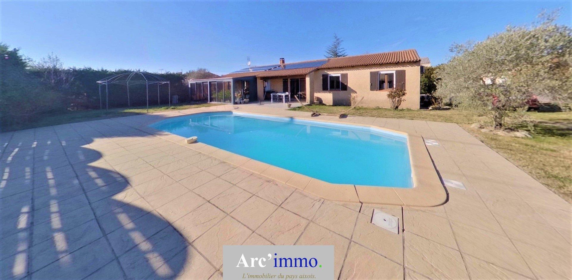 Villa T6 d'environ 150m² sur 1245m² de terrain avec piscine et 2 garages
