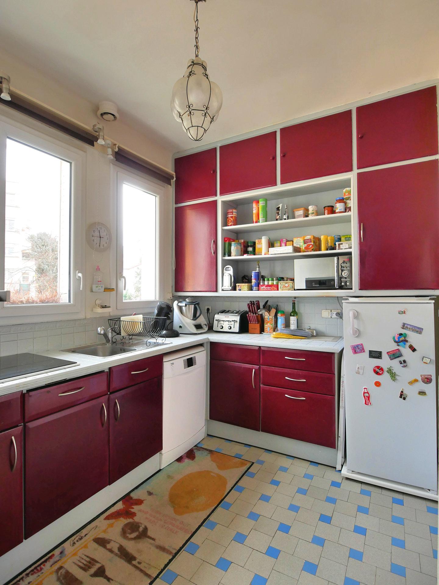 En Exclusivité, découvrez cette maison typique des années 1930, située dans le secteur privilégié de Notre Dame. A proximité immédiate des écoles, des commerces et du centre-ville, elle est à deux pas du Vallon des Rigolettes. D'une surface de 130 m² environ, elle comprend une entrée, un salon avec cheminée, ouvert sur la terrasse plein Sud, un séjour familial, une cuisine indépendante avec espace repas, deux chambres, un bureau, une salle d'eau et un toilette. Le sous-sol comprend une chambre, un bureau, une buanderie, une salle d'eau avec toilette, un garage, une cave et un grand atelier. Bénéficiez d'un jardin de ville de 230m² environ. Vous serez séduits par la luminosité et le charme de cette maison qui nécessite quelques travaux. Honoraires à la charge du vendeur.