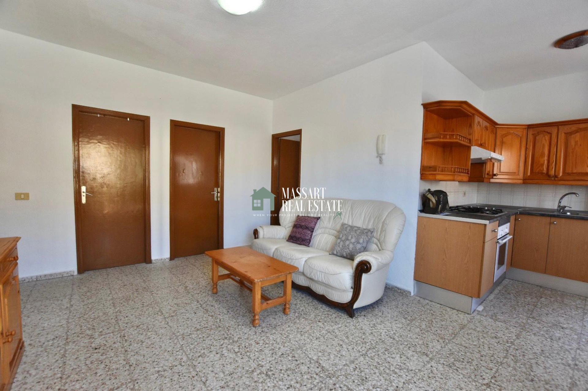Bright apartment located in a central area of Guaza, characterized by its complete equipment and by having two large balconies.