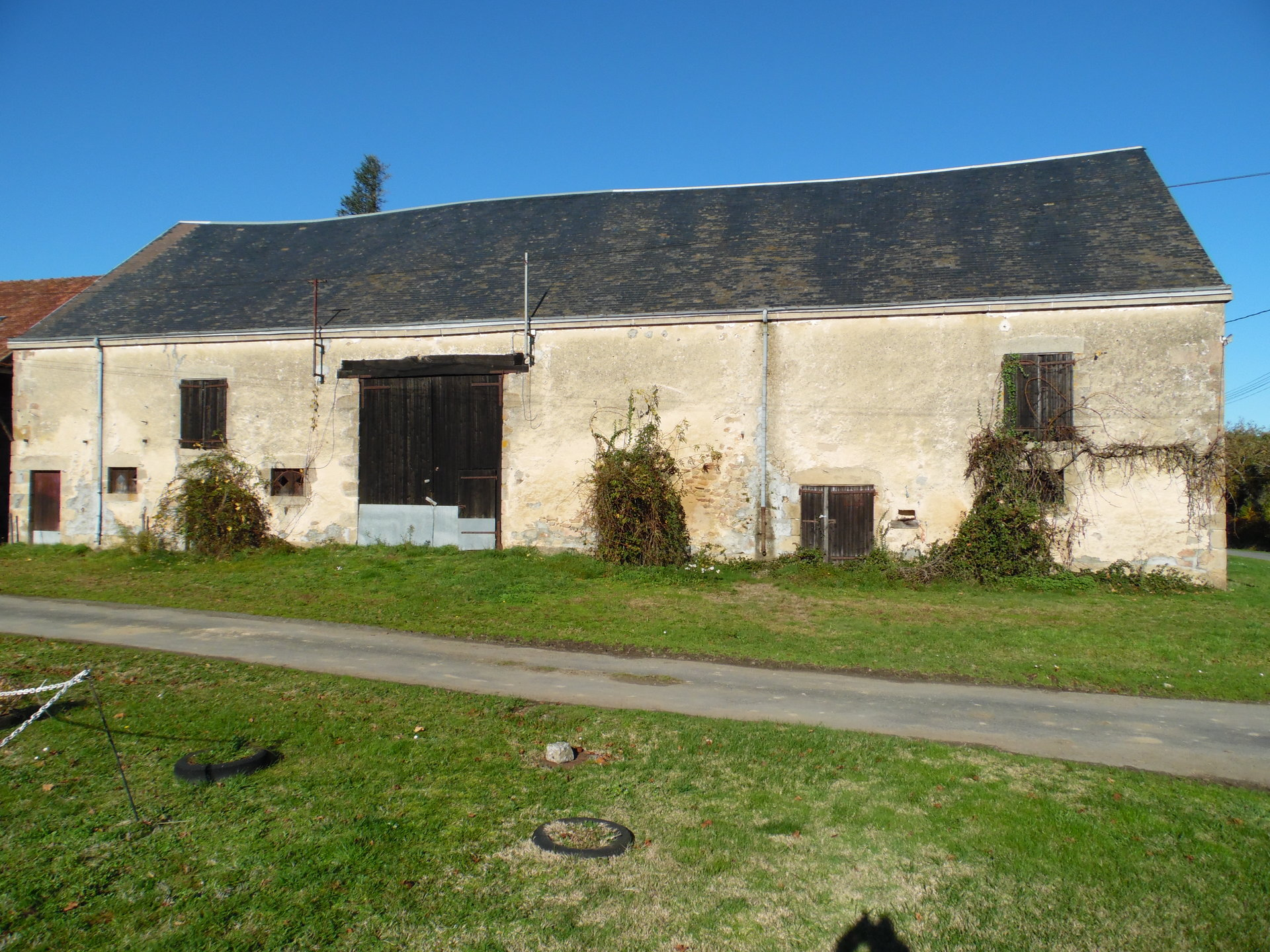 Barn with 1900m² land for sale at the edge of the Creuse
