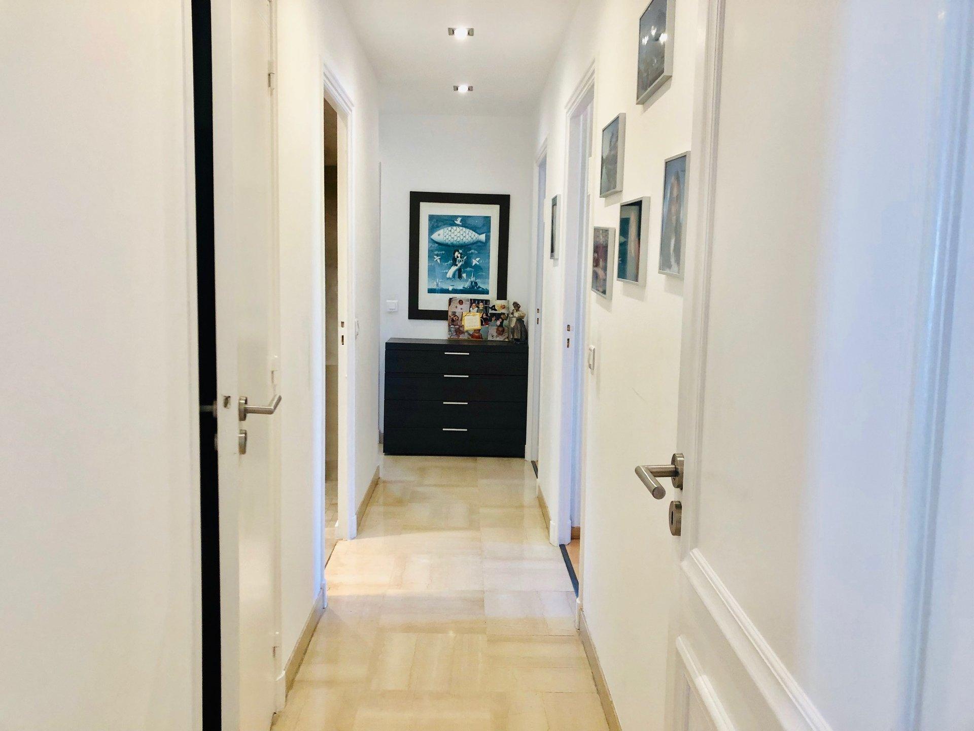 VUE MER pour ce magnifique appartement 4 pièces refait, expo sud-ouest. Vue mer.Hall d'entrée, séjour donnant sur ...