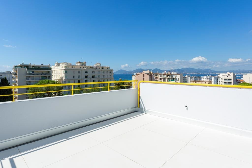 Large 4 bedrooms apartment top floor near croisette