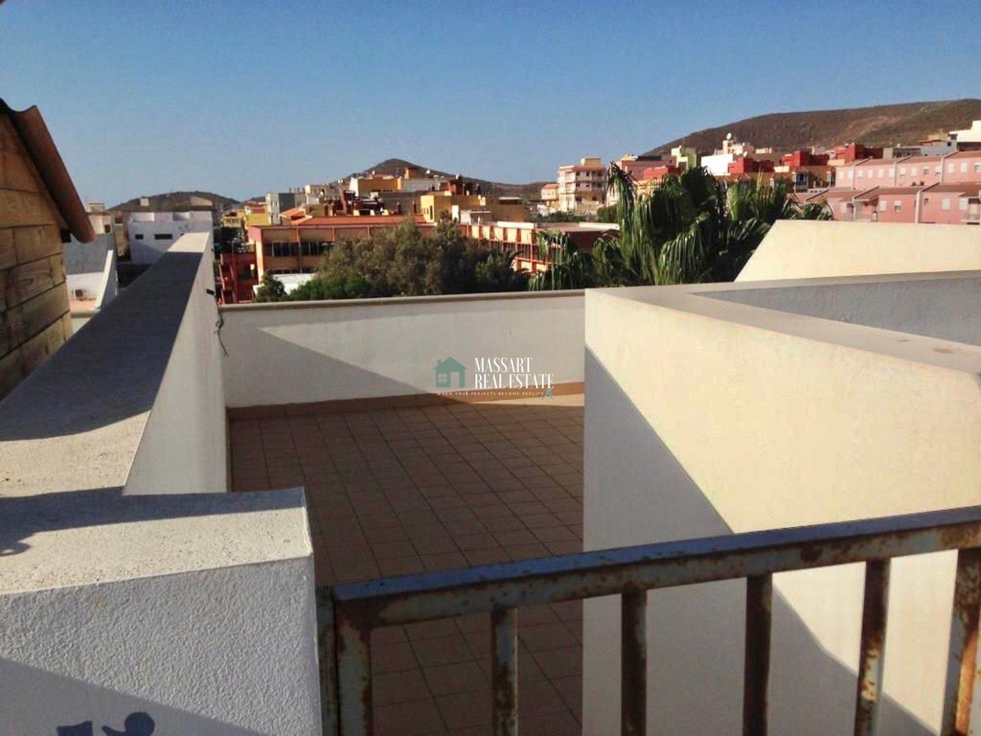 Appartamento di circa 45 mq situato in una zona centrale di San Isidro, caratterizzato dall'offerta di un ampio terrazzo privato.