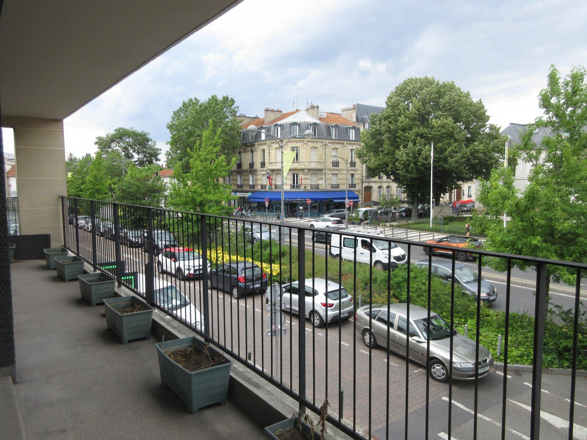 Chatou bas, à 3 min à pied du RER, des commerces et à proximité immédiate des écoles.