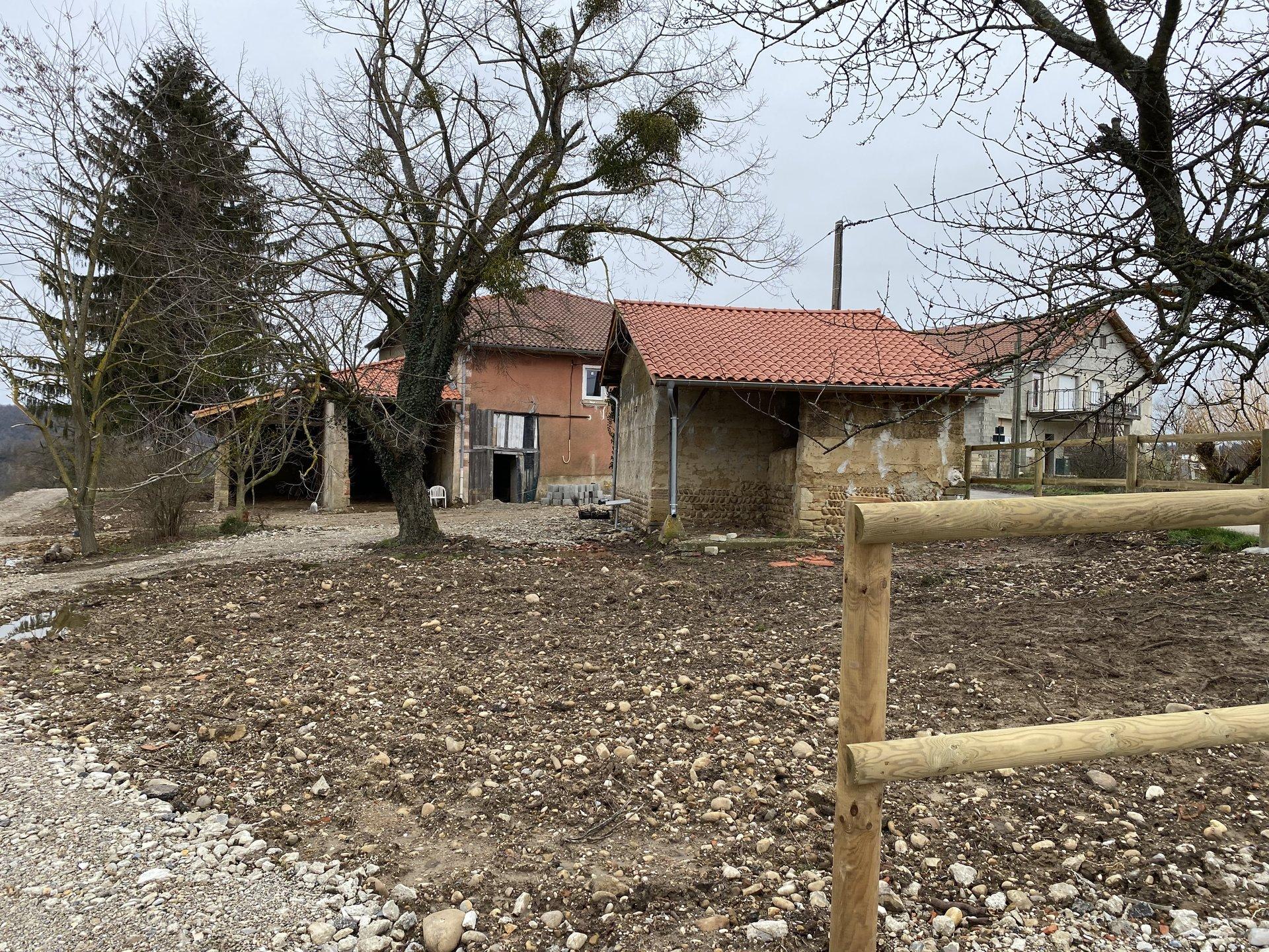 Ancien corps de ferme rénové de 178m3 avec 3 hectare de terrain