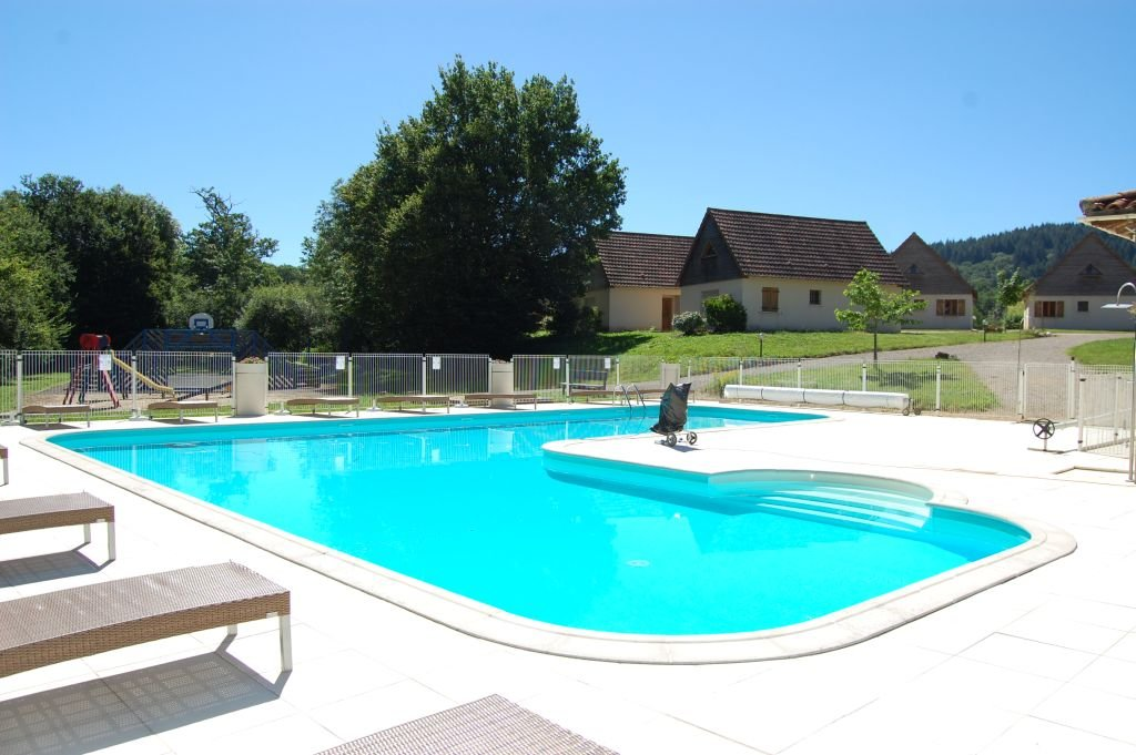 LOT - House in small holiday residence with common pool