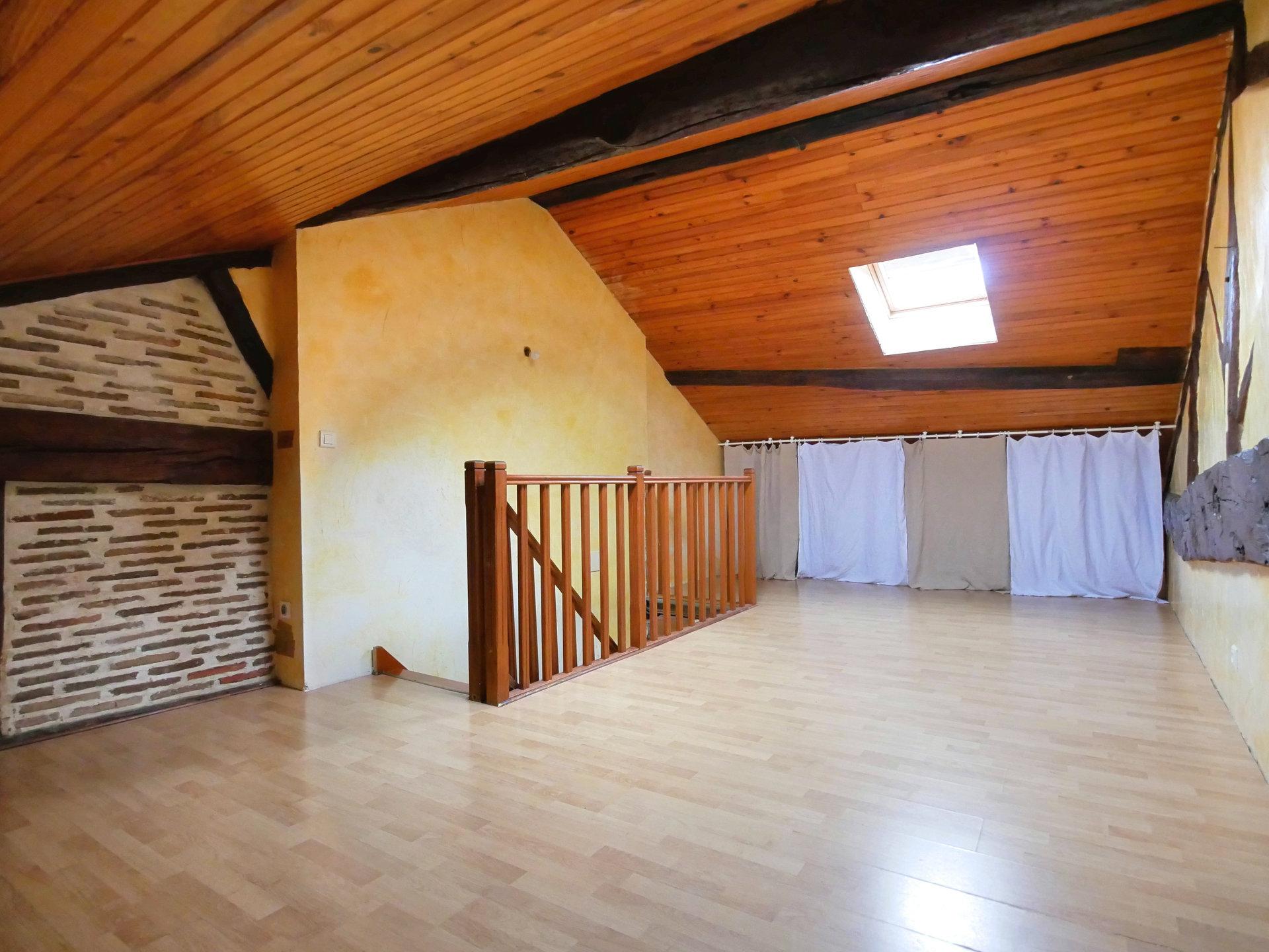 SOUS COMPROMIS DE VENTE  -  En Exclusivité, proche de Montrevel-en-Bresse et de ses commodités, découvrez cette grande maison familiale d'environ 170 m² au sol. Le rez-de-jardin comprend une grande pièce de vie avec séjour, salon et cuisine équipée, une chambre, un dressing, une salle de bains et un toilette. L'étage mansardé comprend un palier et quatre chambres. Vous bénéficiez également d'un grand garage avec grenier, un abri véhicules, un puits, deux terrasses et un jardin de 1900 m² environ. La rénovation récente est un atout: toiture, menuiseries PVC, volets roulants, isolation extérieure, panneaux photovoltaïques, poêle à granulés. Certains travaux restent à terminer. Honoraires à la charge du vendeur.