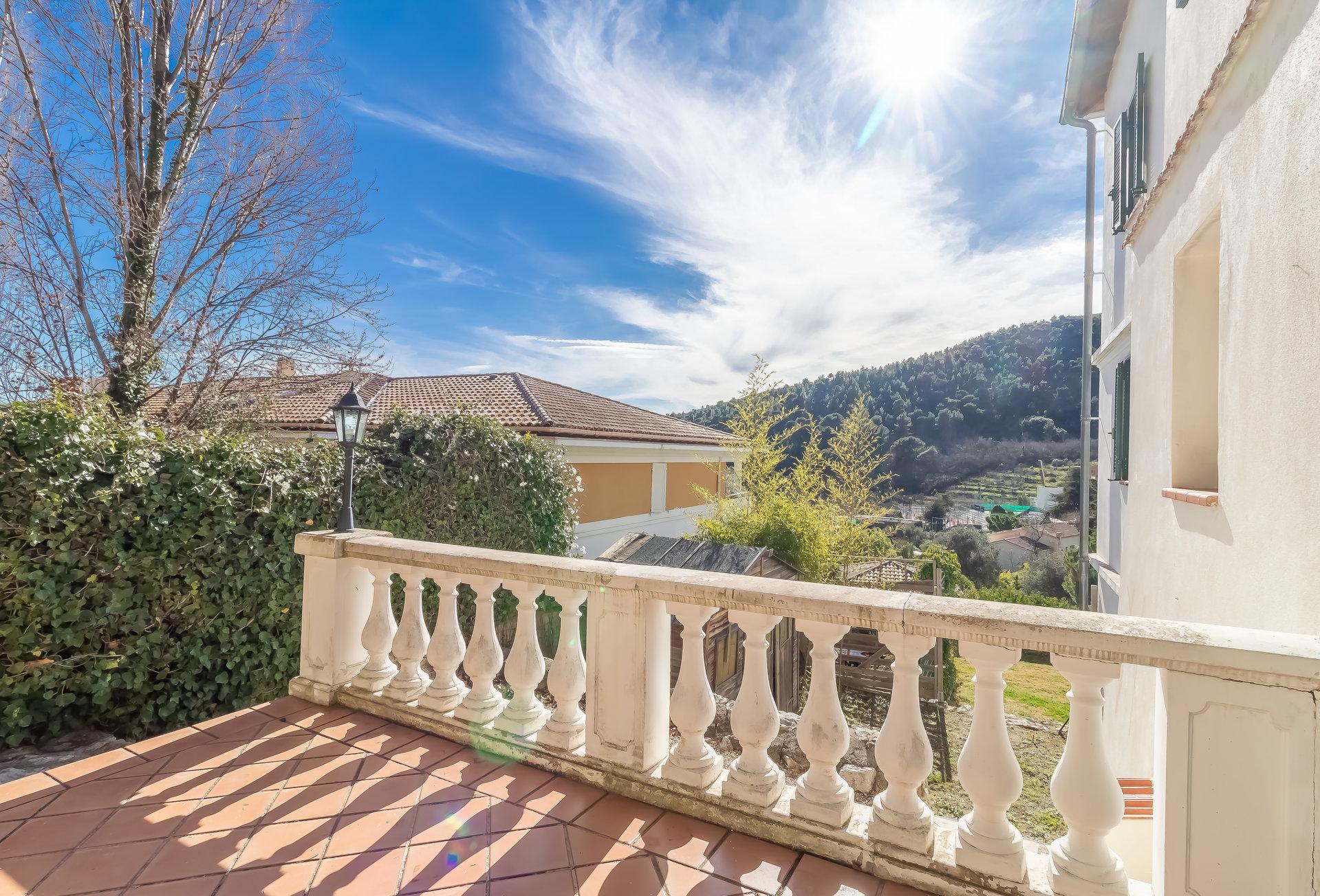 Eze village, au calme,  3 pcs, terrasse et  jardin, parking, vue