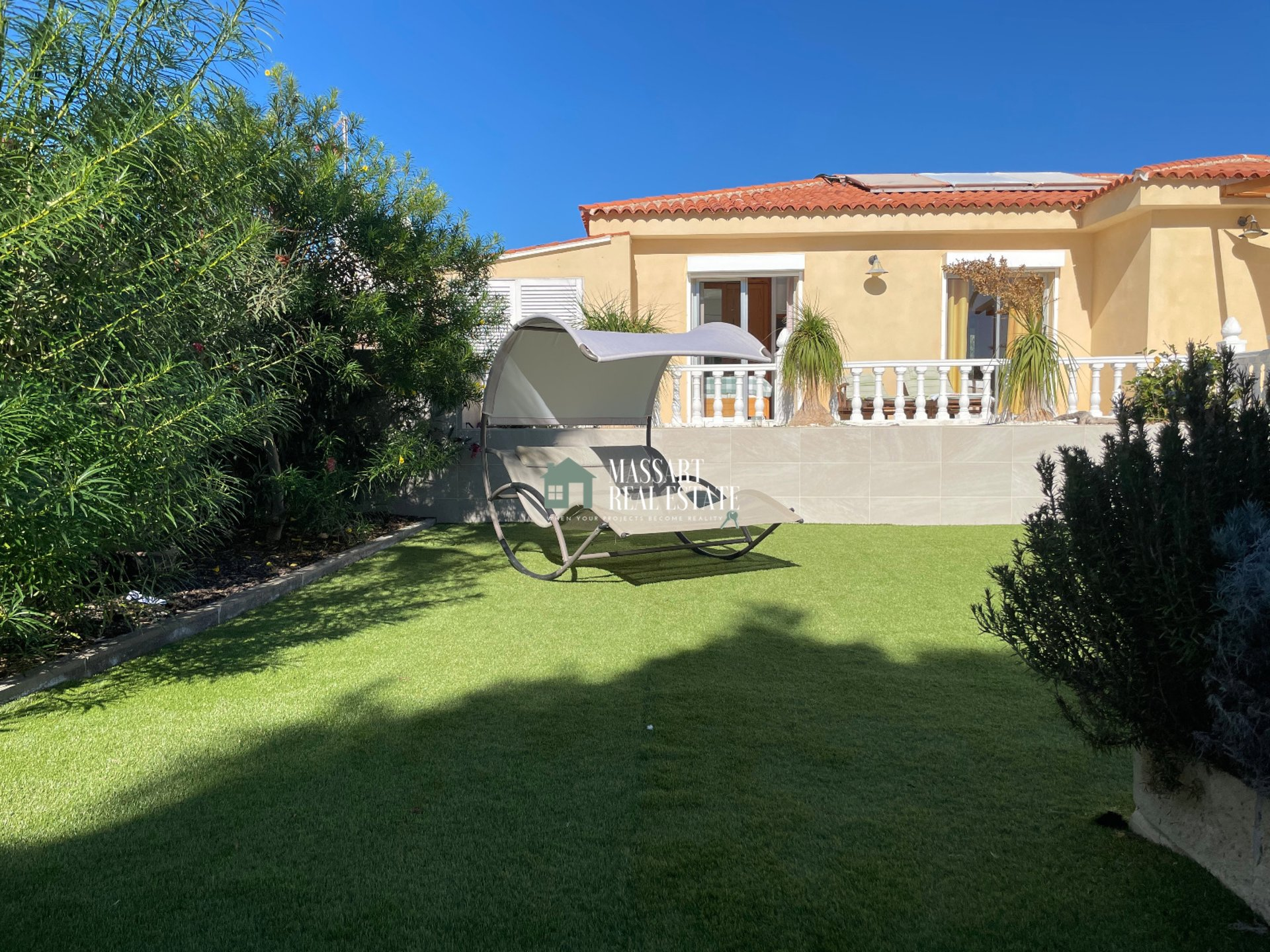 Beautiful villa located on a 480 m2 plot in an area of absolute tranquility in Callao Salvaje ... just 200 meters from the sea!
