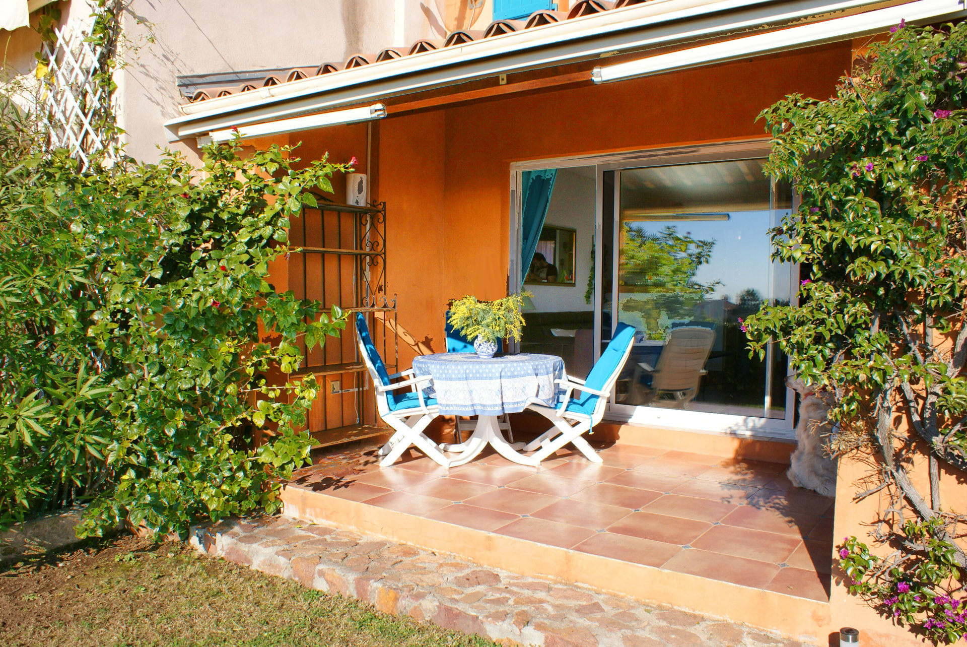 Pleasant terraced hous in a closed residence with swimming pool and caretaker.