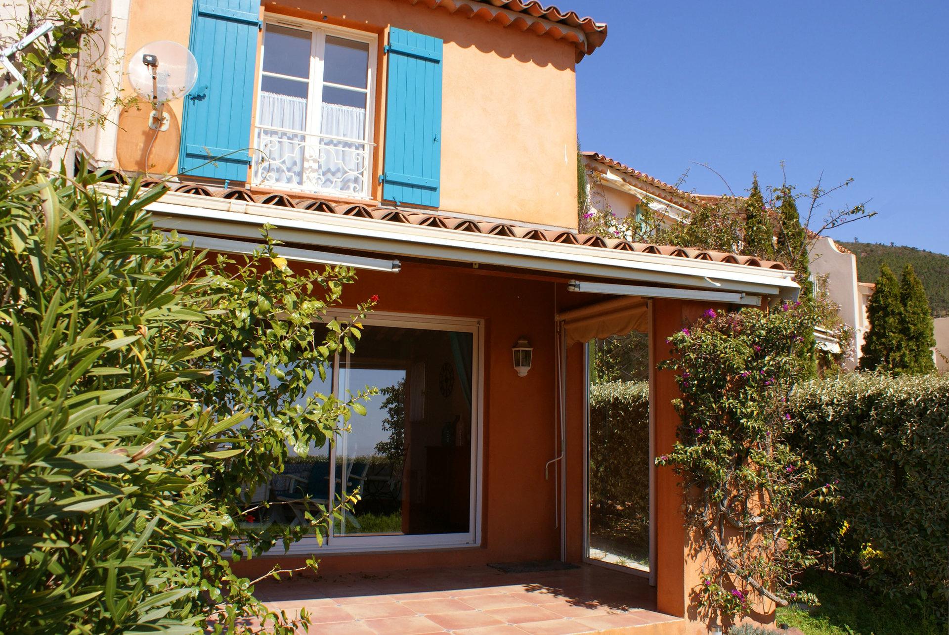 Agréable villa d'angle  dans une résidence fermée avec piscine et gardien.