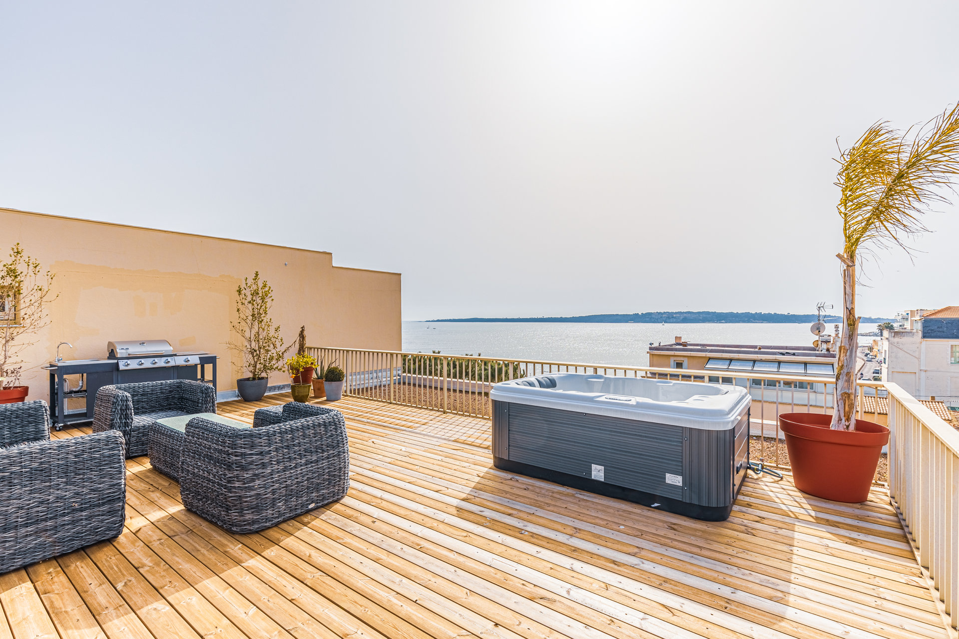 Superb three bed, roof terrace, sea view, garage, cellar, Palm Beach area in Cannes