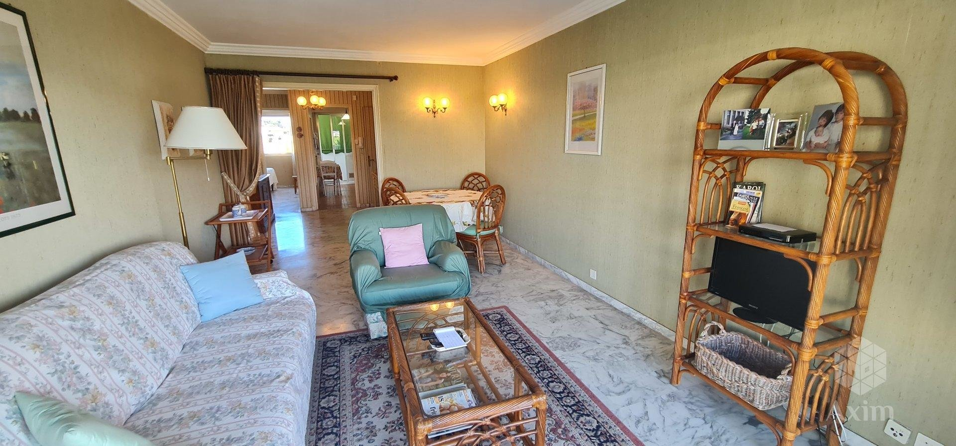 Apartment with sea view in front of Juan les pins beach.