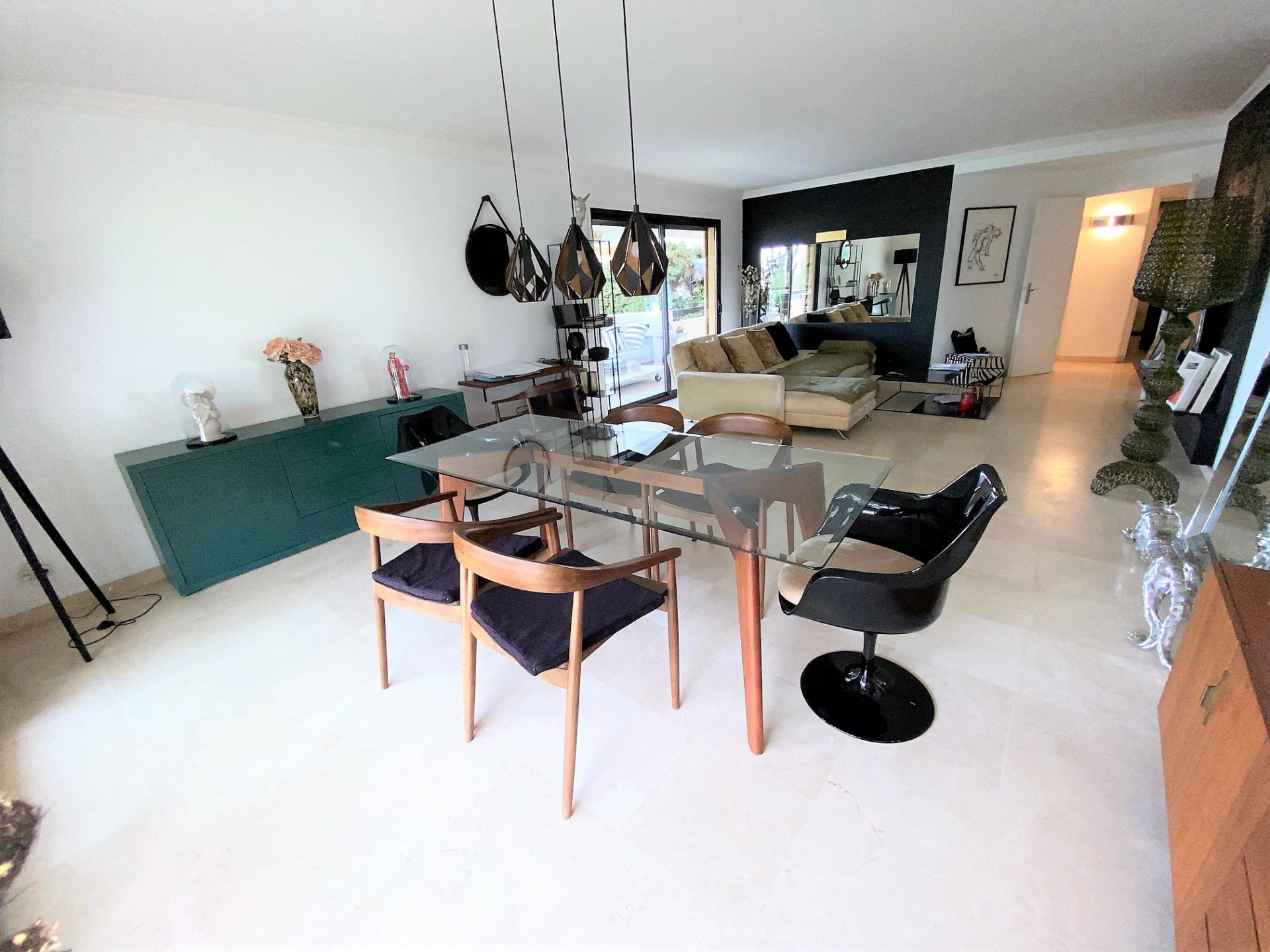 CANNES BEAUTIFUL VOLUMES FOR THIS VAST 3 ROOMS 104 M ² IN ABSOLUTE CALM