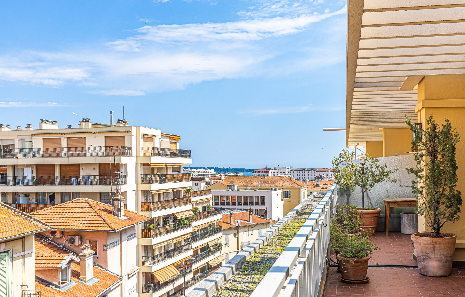 Nice 2-bed penthouse, huge terrace, jacuzzi, garage, cellar, nice view, centre of Cannes