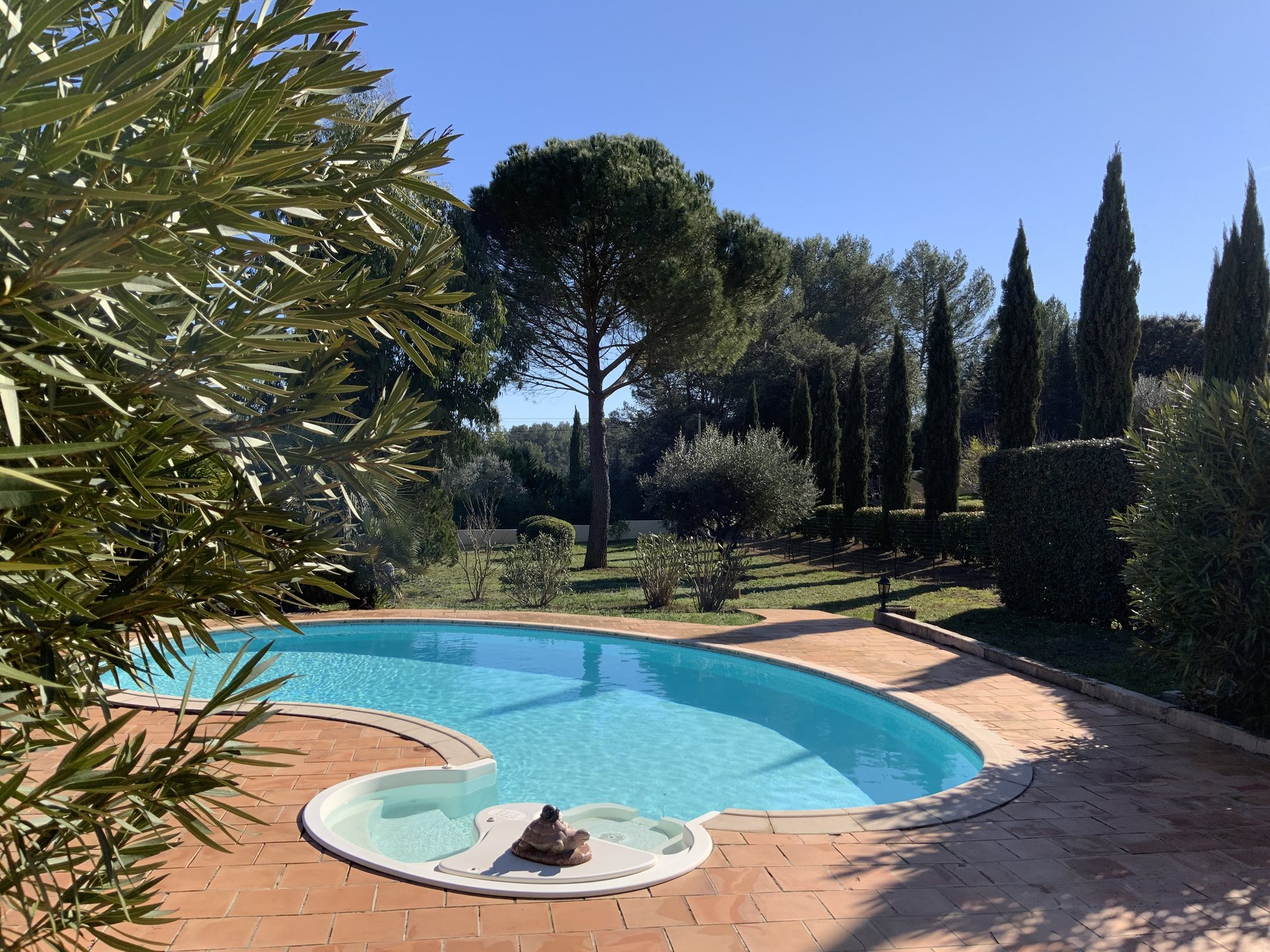 LORGUES - PROVENCAL VILLA WITH SWIMMING POOL