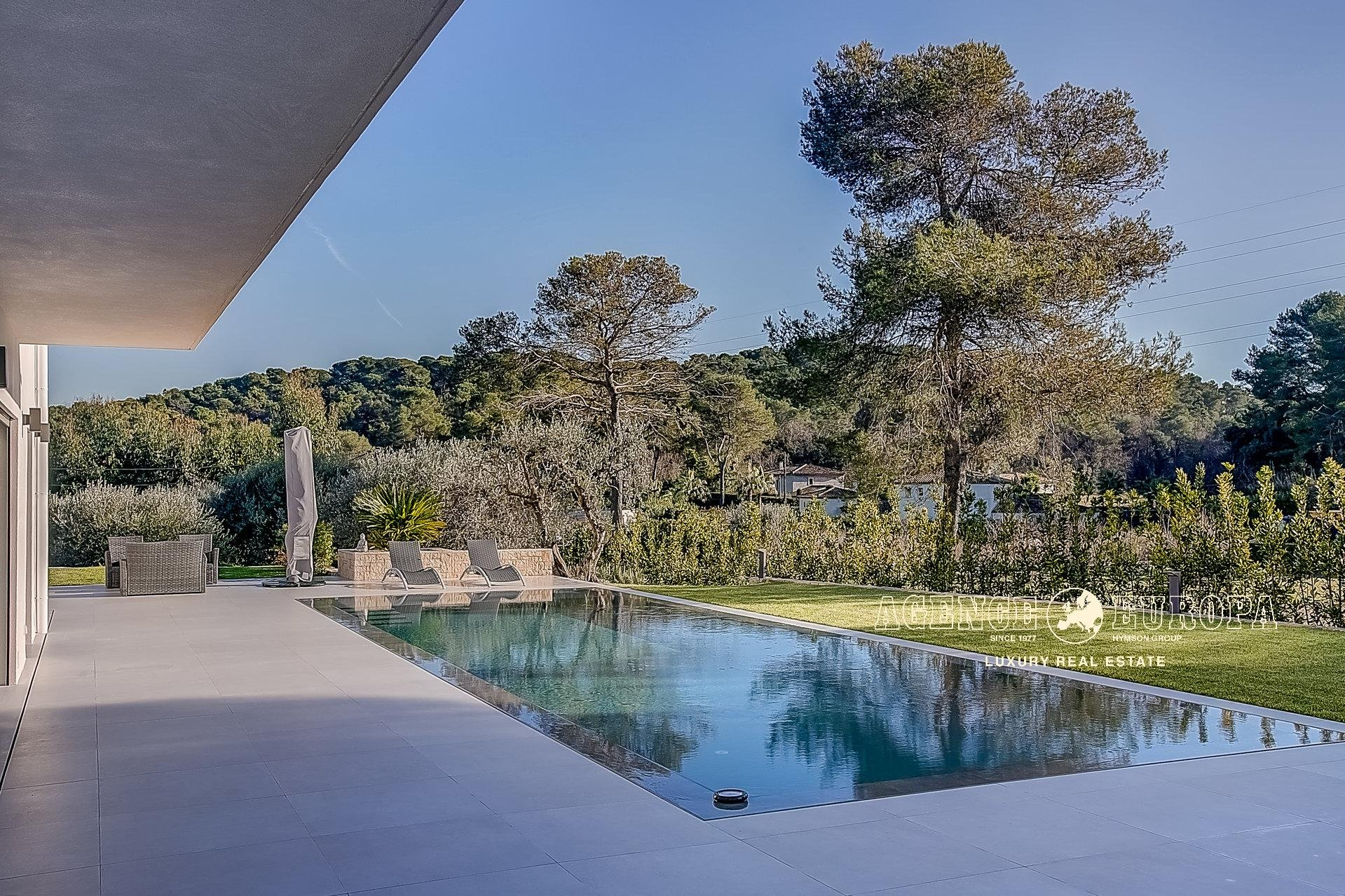 MOUGINS – PLEASANT CONTEMPORARY VILLA