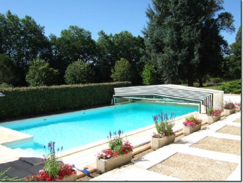 Stunning property with swimming pool and a private landscaped park of over 2 hectares