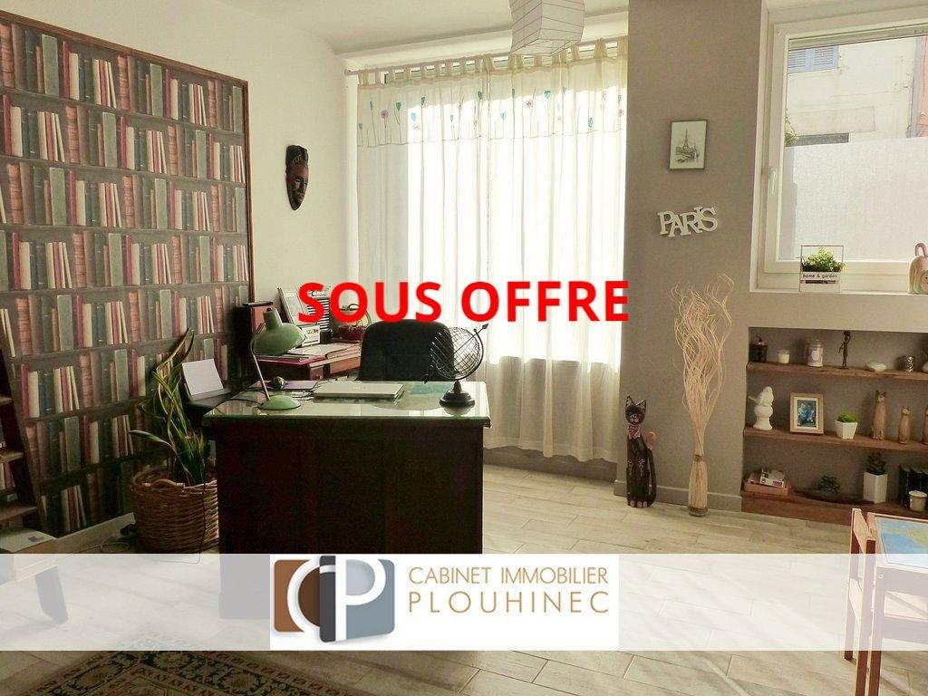 Dans la commune de Saint Laurent sur Saône, à pied de toutes les commodités ainsi que du centre ville de Mâcon, maison de ville disposant d'une jolie cour et de dépendances. Elle se compose en rez-de-chaussée, d'une entrée desservant une jolie pièce aménagée en bureau, un salon et un très bel espace cuisine - salle à manger donnant directement sur l'extérieur.  A l'étage, elle dispose de trois grandes chambres (dont une qui peut être aménagée en suite parentale) et d'une salle de bains.  Au troisième niveau, de belles possibilités s'offrent à vous avec un grenier de 52 m² à aménager selon ses envies!  La maison s'ouvre sur une jolie cour aménagée, avec abri voiture et grande cave en sous-sol.  Beaucoup d'atouts pour ce bien de charme rénové il y a peu de temps et disposant encore de belles possibilités d'évolution ! Produit coup de c?ur, à visiter sans tarder ! Honoraires à la charge du vendeur.