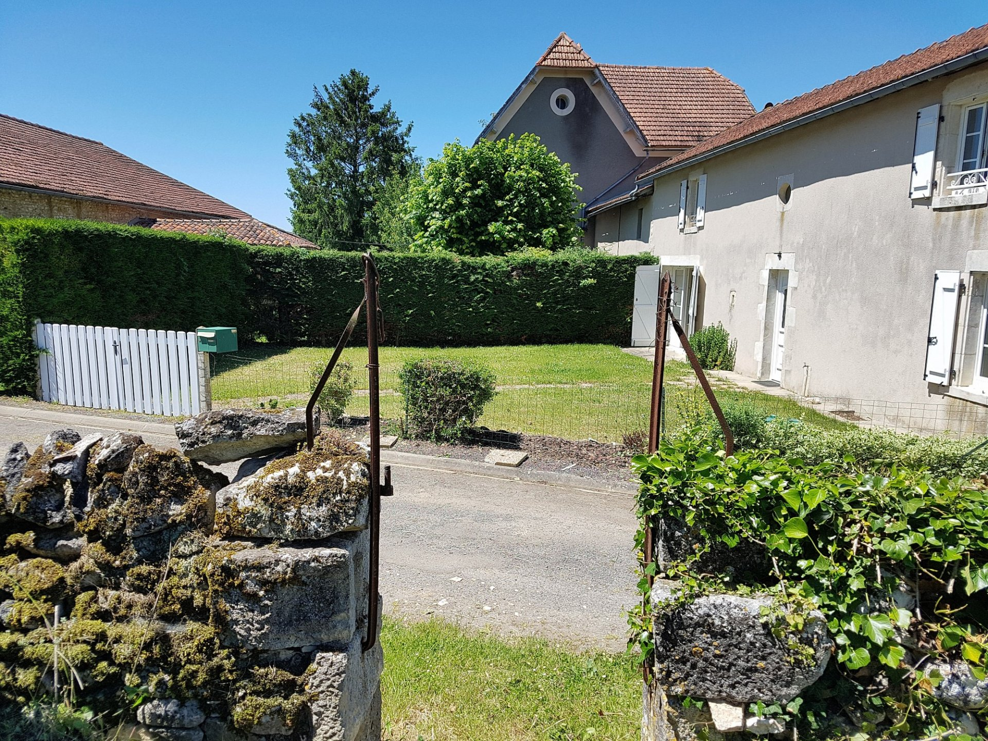 Property with barn and land for sale near St. Savin 86