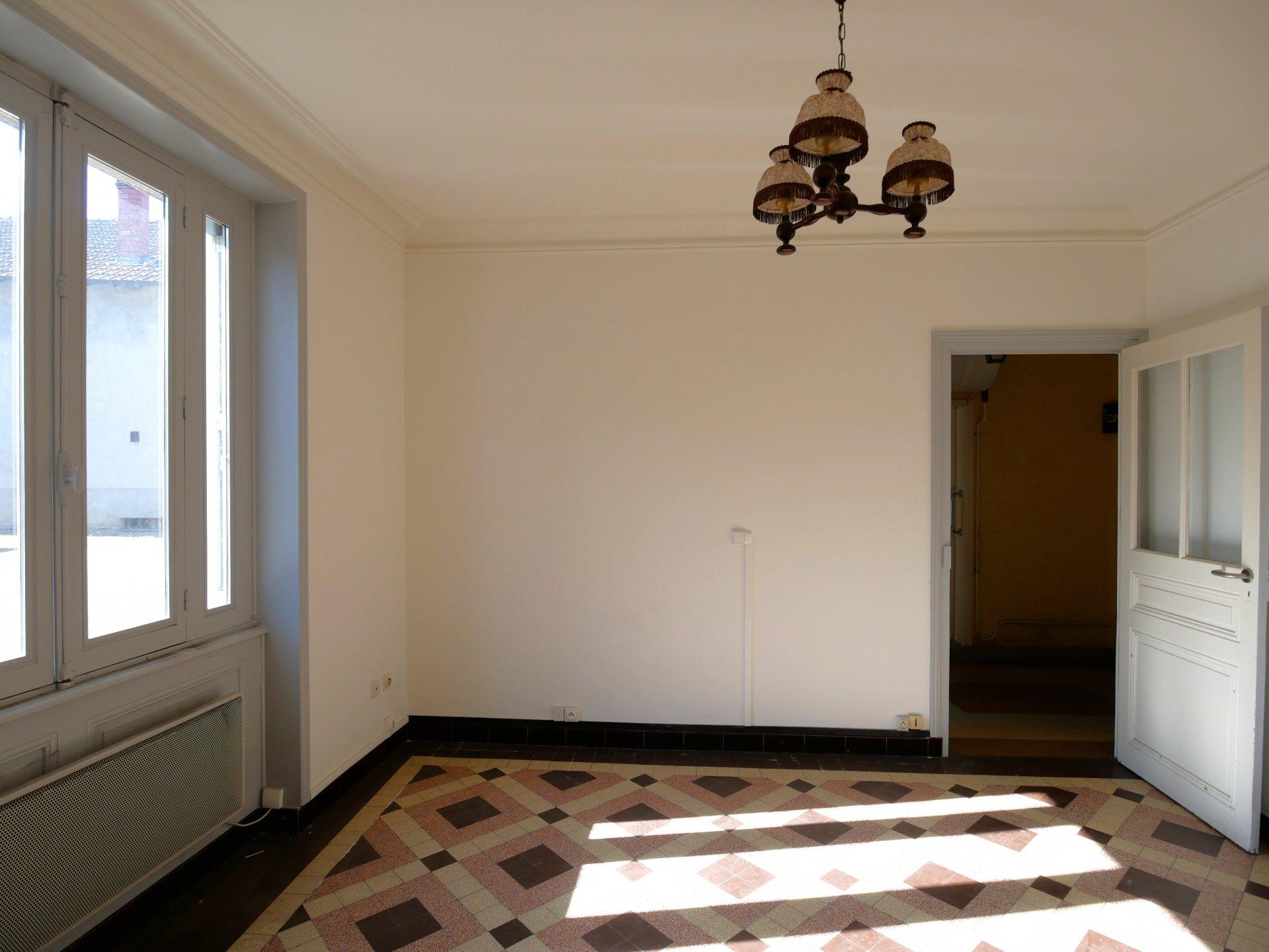 En plein c?ur du village de Manziat, à 15 mn de Mâcon, immeuble disposant d'un très beau potentiel.  D'une surface d'environ 320 m², il se compose actuellement de deux locaux commerciaux en rez de chaussée (un premier d'environ 40 m² actuellement loué et un second d'environ 75 m² libre), d'un appartement d'environ 90 m² avec grenier aménageable et d'un duplex d'environ 120 m² composé de 6 pièces.  Travaux à prévoir mais beau potentiel d'exploitation.  Cet immeuble donne sur une cour d'environ 230 m² avec abris voiture. A visiter ! Honoraires à la charge des vendeurs.