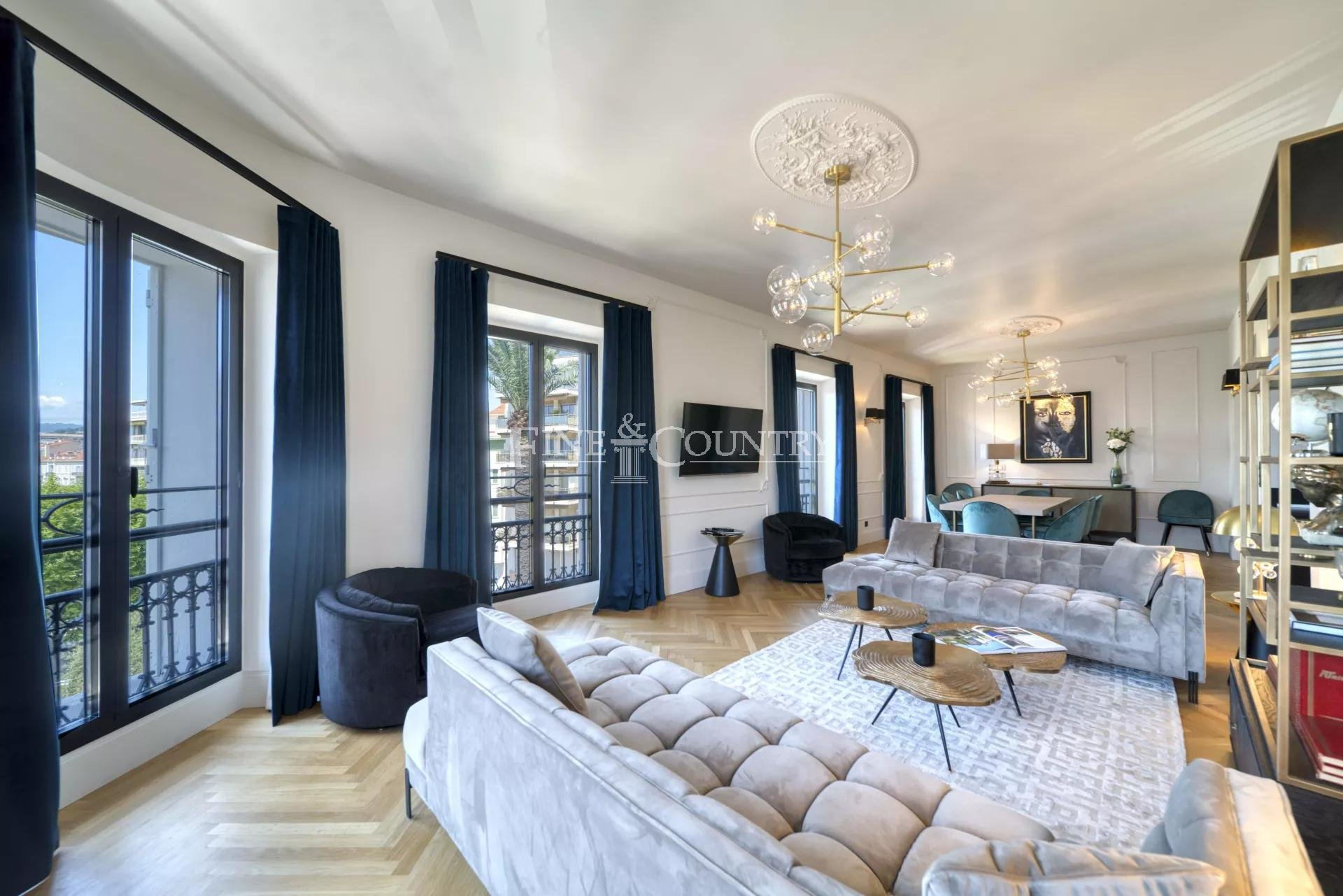 For Sale Bourgeois Apartment in Cannes, La Croisette Sea View