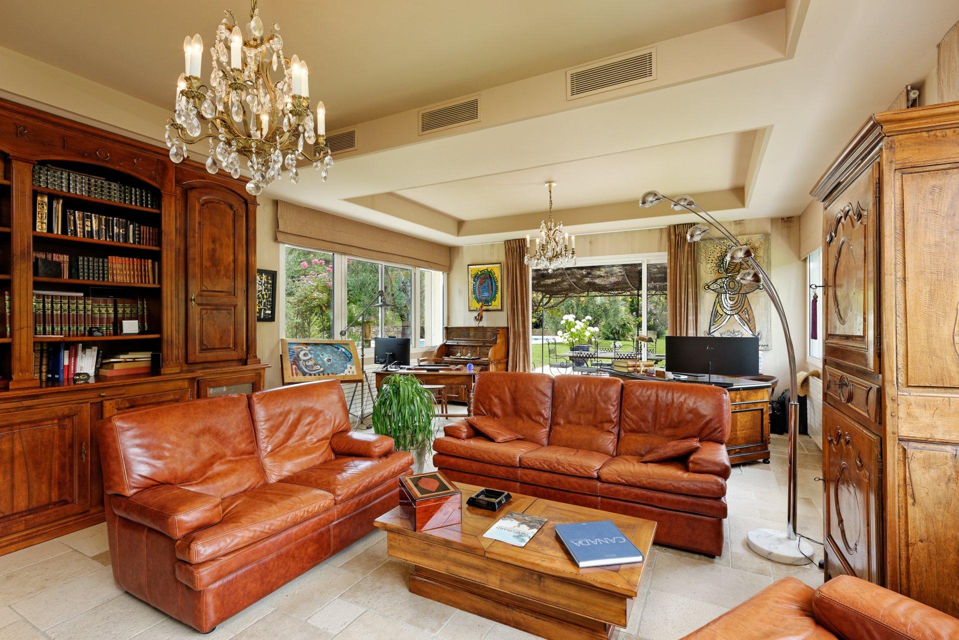 Grasse villa individuelle 500m² séjour