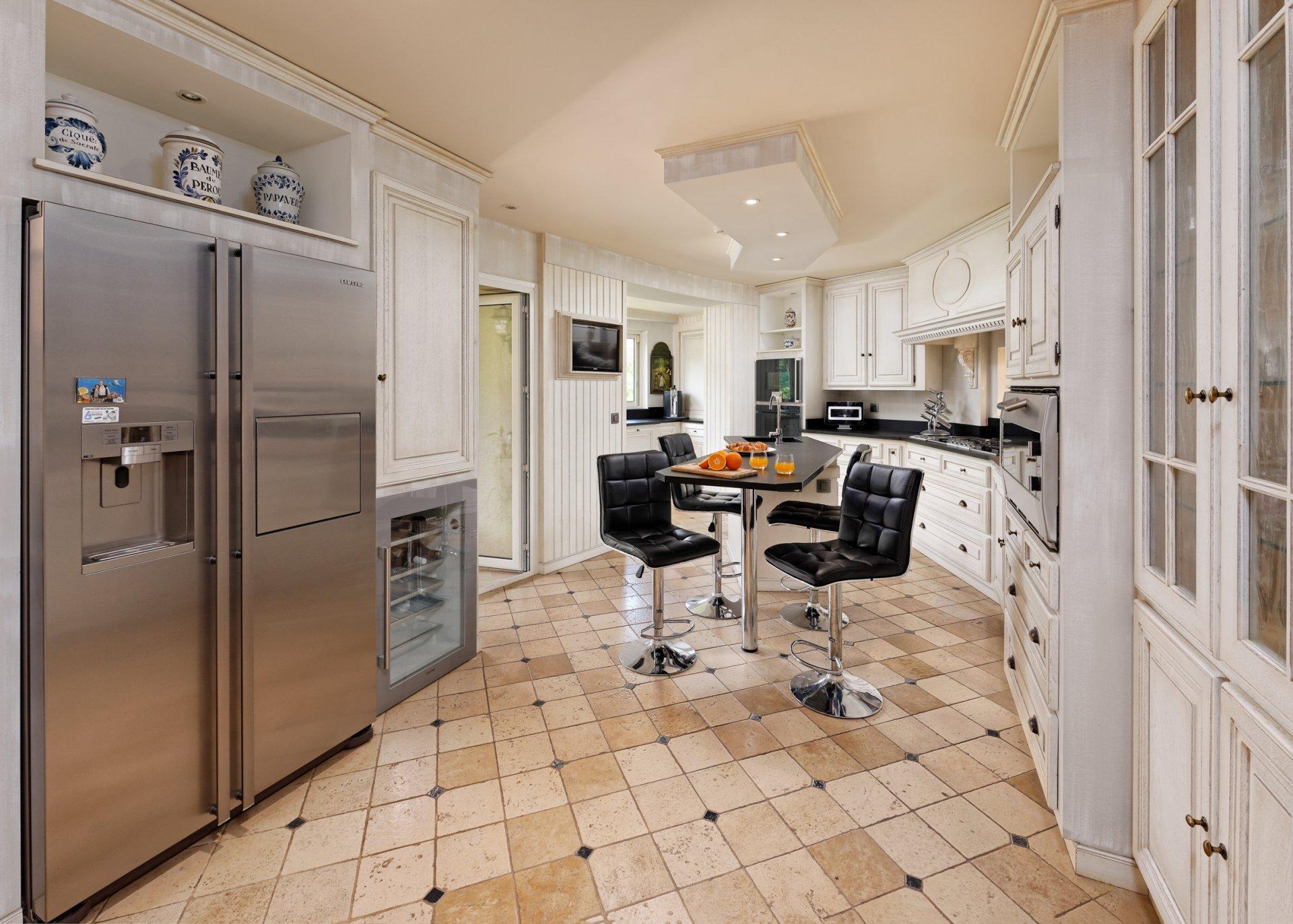 Grasse villa individuelle 500m² cuisine indépendante