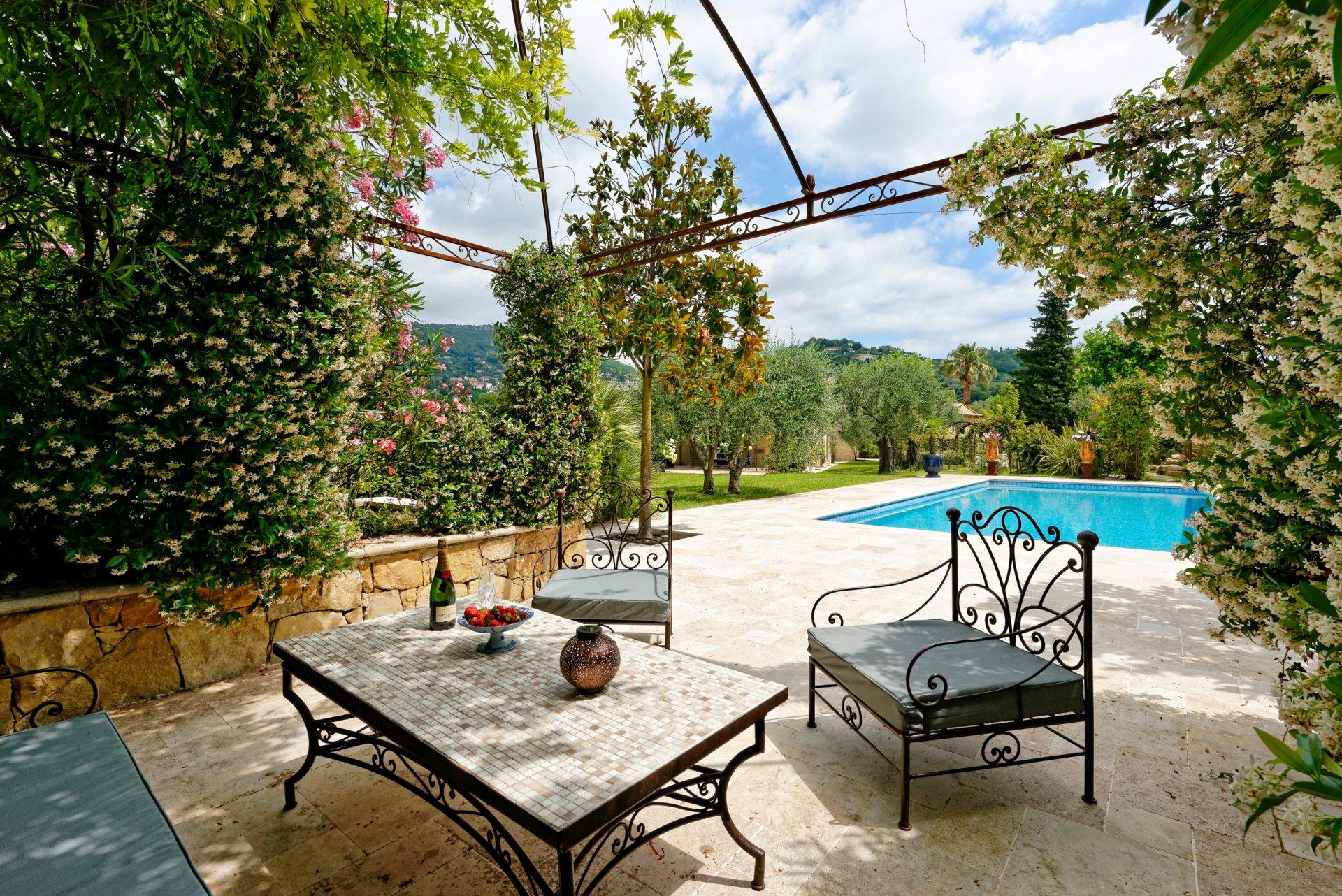 Grasse villa individuelle 500m² terrasse et piscine