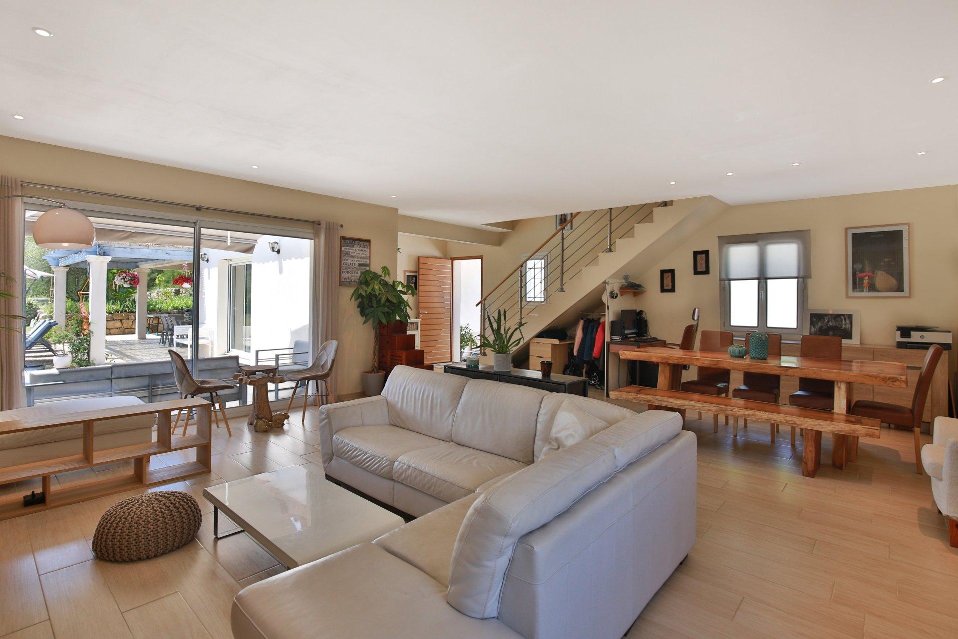 Recent villa with 4 bedrooms and independent studio