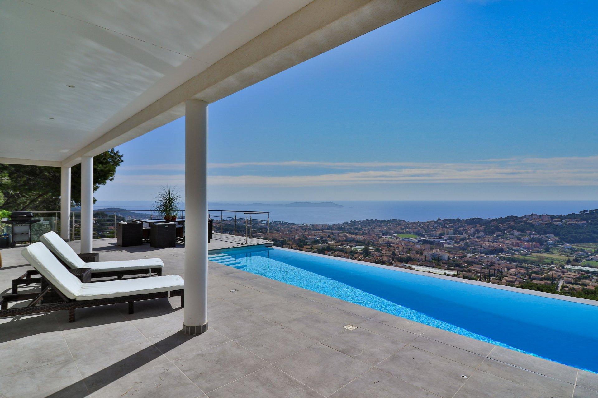 Villa Contemporaine avec vue mer exceptionnelle.