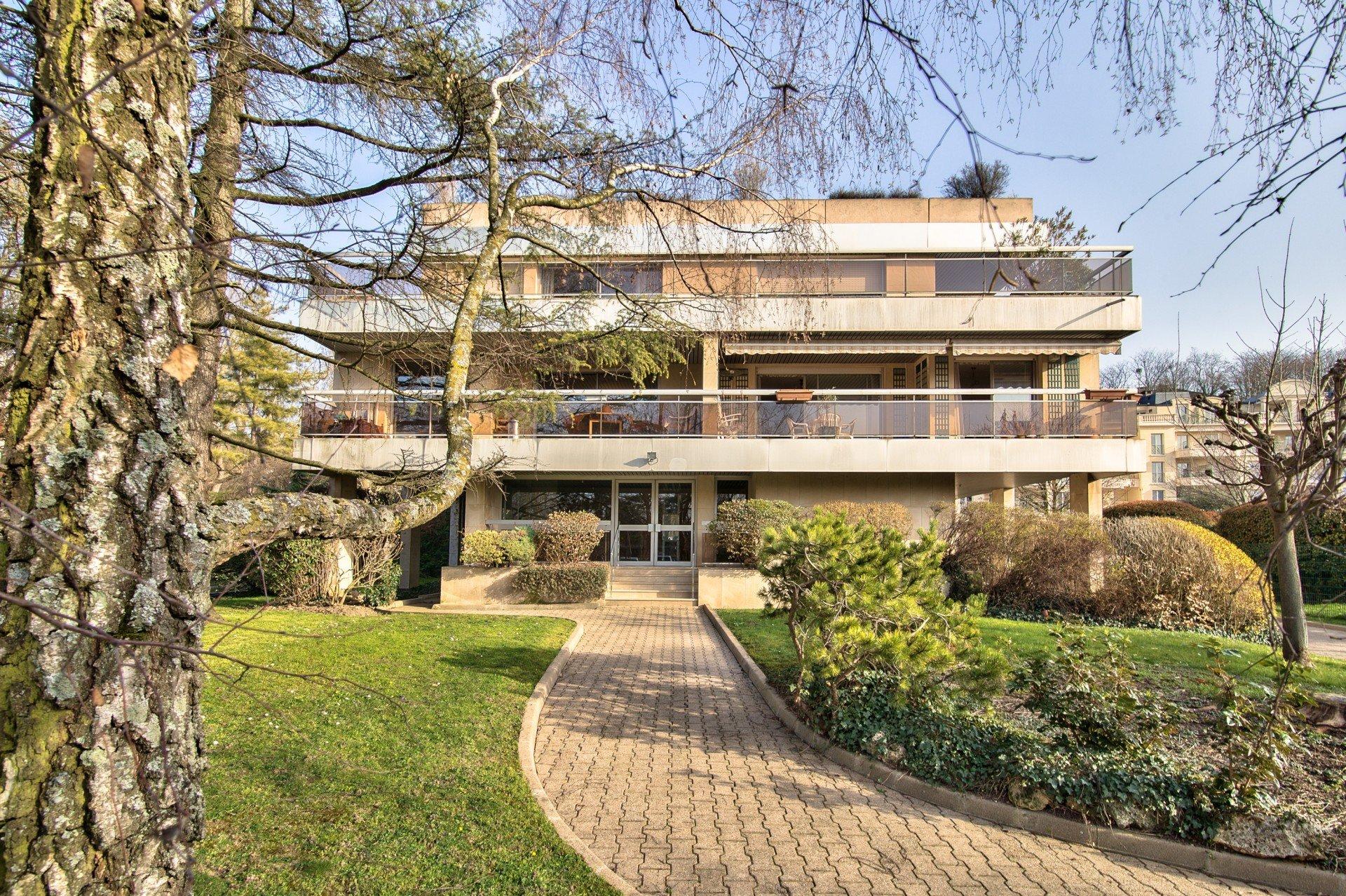 Appartement familial avec terrasse, balcon et parkings