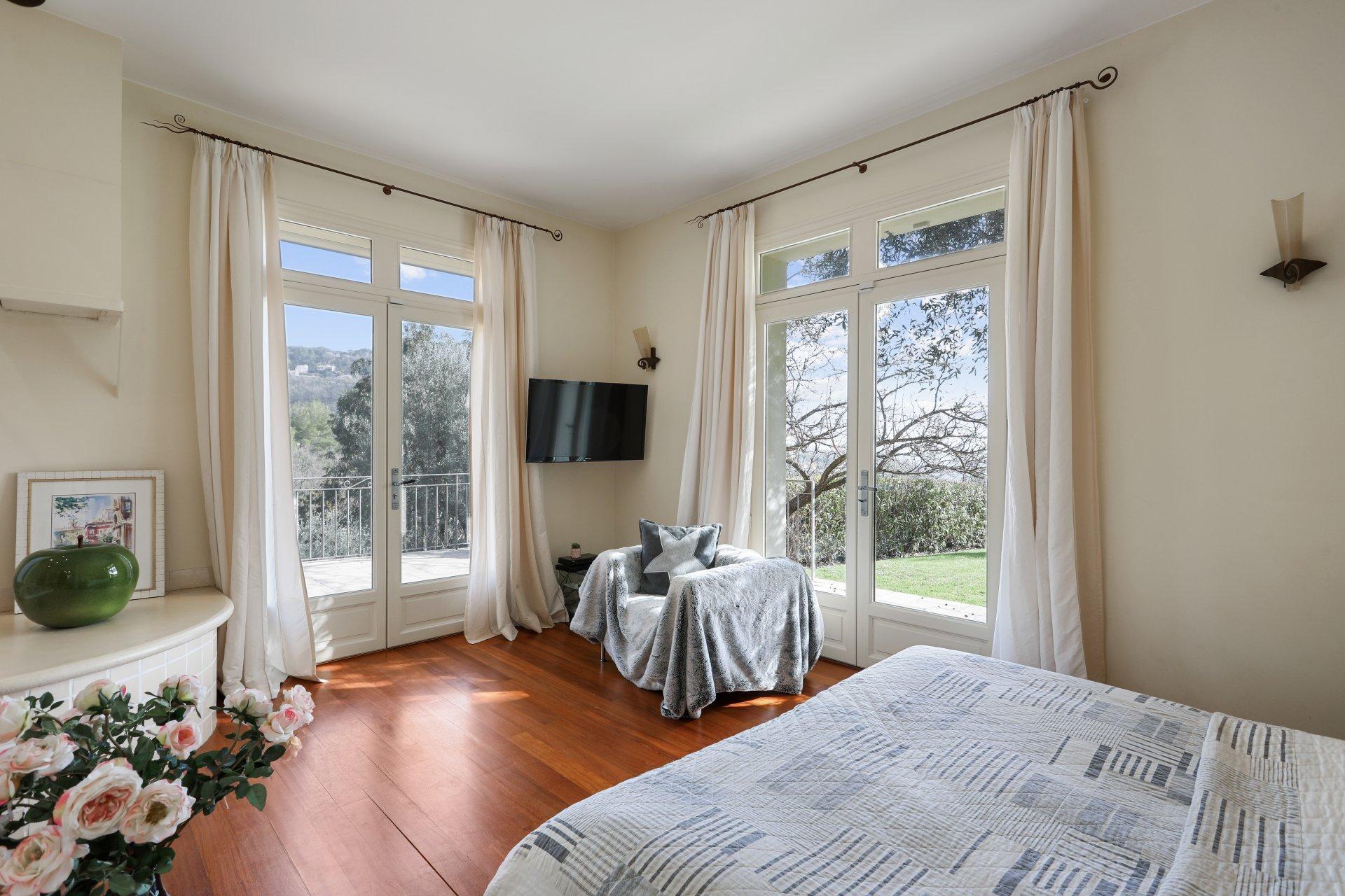 UNDER SALES AGREEMENT - Behind Cannes, wonderful Villa with sea view