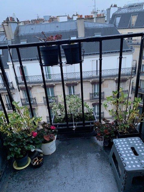 Paris VIII - M° LIÈGES / PLACE DE CLICHY - SECTORISATION CONDORCET - STUDETTE MEUBLÉE - BALCON - VUE TOUR EIFFEL CIEL ET TOITS.