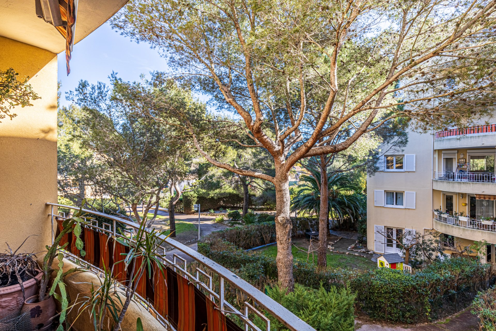 2-bedroom apartment, secure residence, garage, walking distance to all amenities in Cavalaire