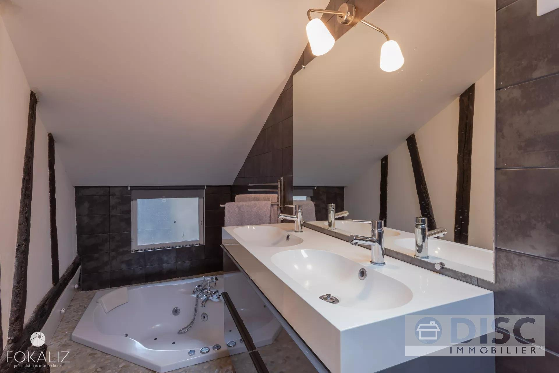 65 / 5000 Résultats de traduction Magnificent luxury apartment in the heart of the medieval city.
