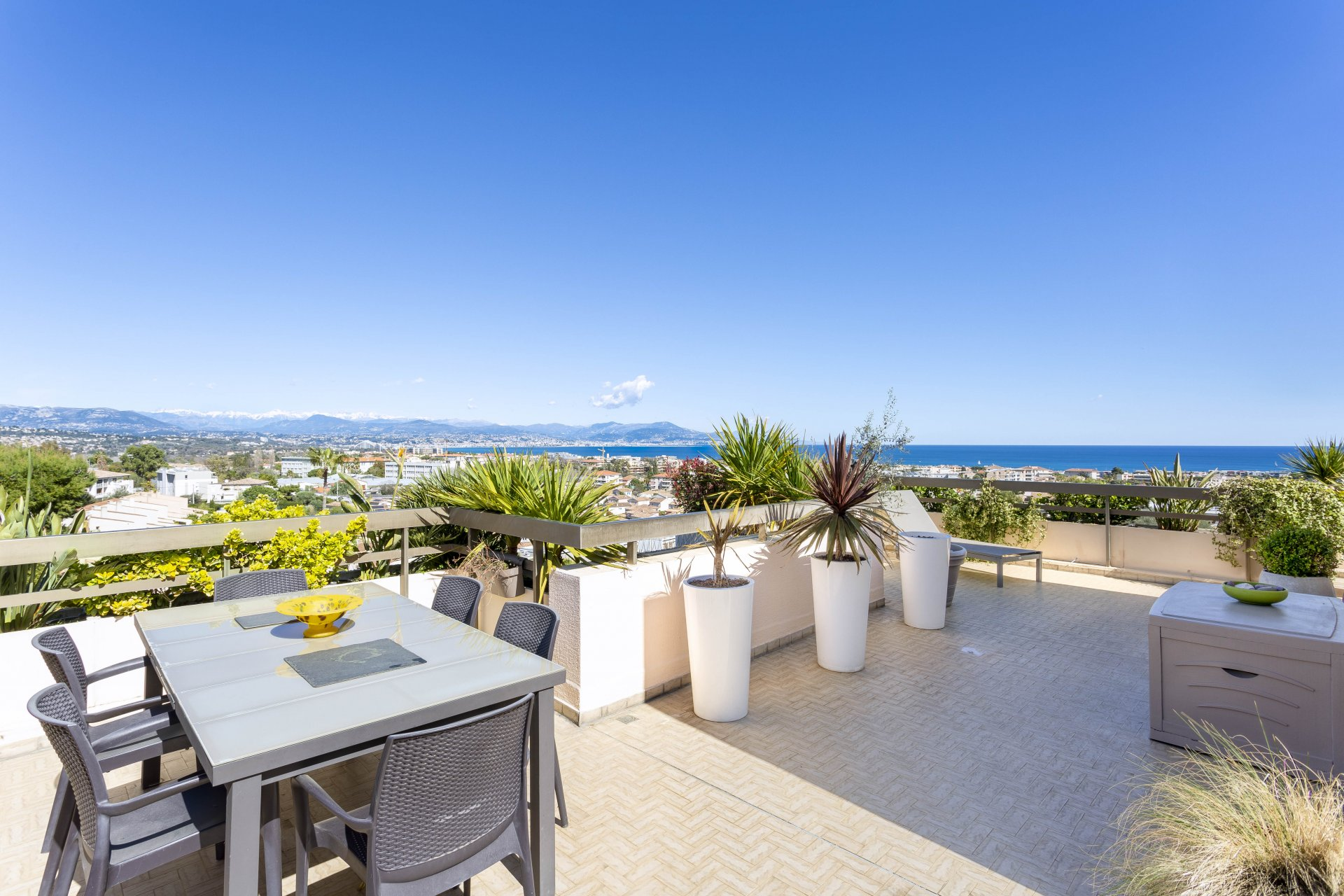 Penthouse, 151 m² terrace, sea view, garage, caretaker, close to town-centre in Antibes