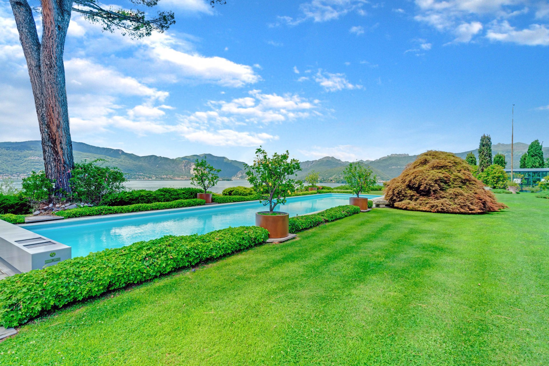 Великолепная вилла с бассейном и парком с видом на озеро Маджоре