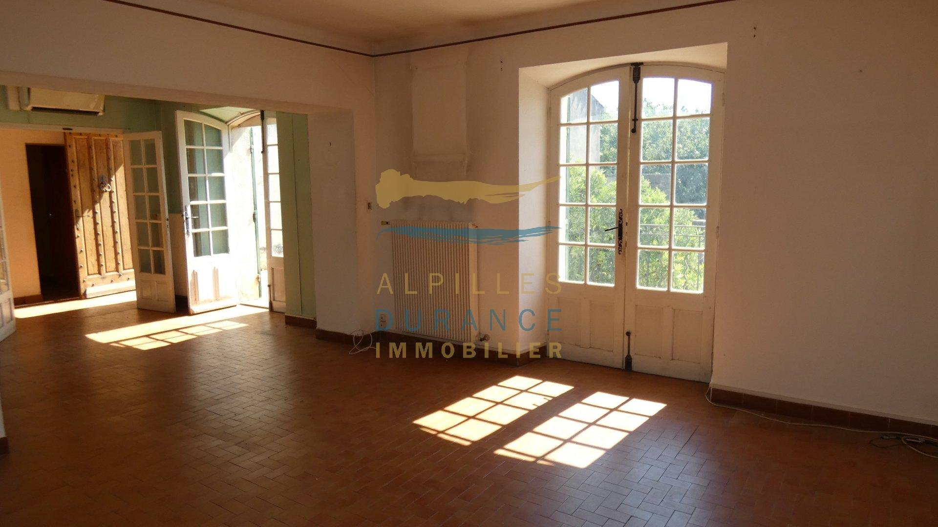EYRAGUES 5km from ST REMY DE Pce Village house to renovate with courtyard and terrace