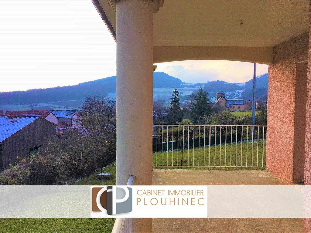 A 20 mn de Mâcon, dans le village de Sologny (direction Cluny), maison en excellent état construite en 2008.  Elle se compose en rez de chaussée, d'un grand séjour ouvert sur la cuisine, d'une chambre et d'une salle de douche. A l'étage, le dégagement dessert trois chambres ainsi qu'une grande salle de bains. Elle dispose aussi d'un grand garage, d'une terrasse de 15 m² donnant directement sur la pièce de vie, avec belle vue dégagée et d'un jardin clôt de 820 m².  Beaucoup d'atouts pour cette maison bien située, en fond d'impasse, dans un village dynamique et très bien desservi ! Honoraires à charge vendeurs
