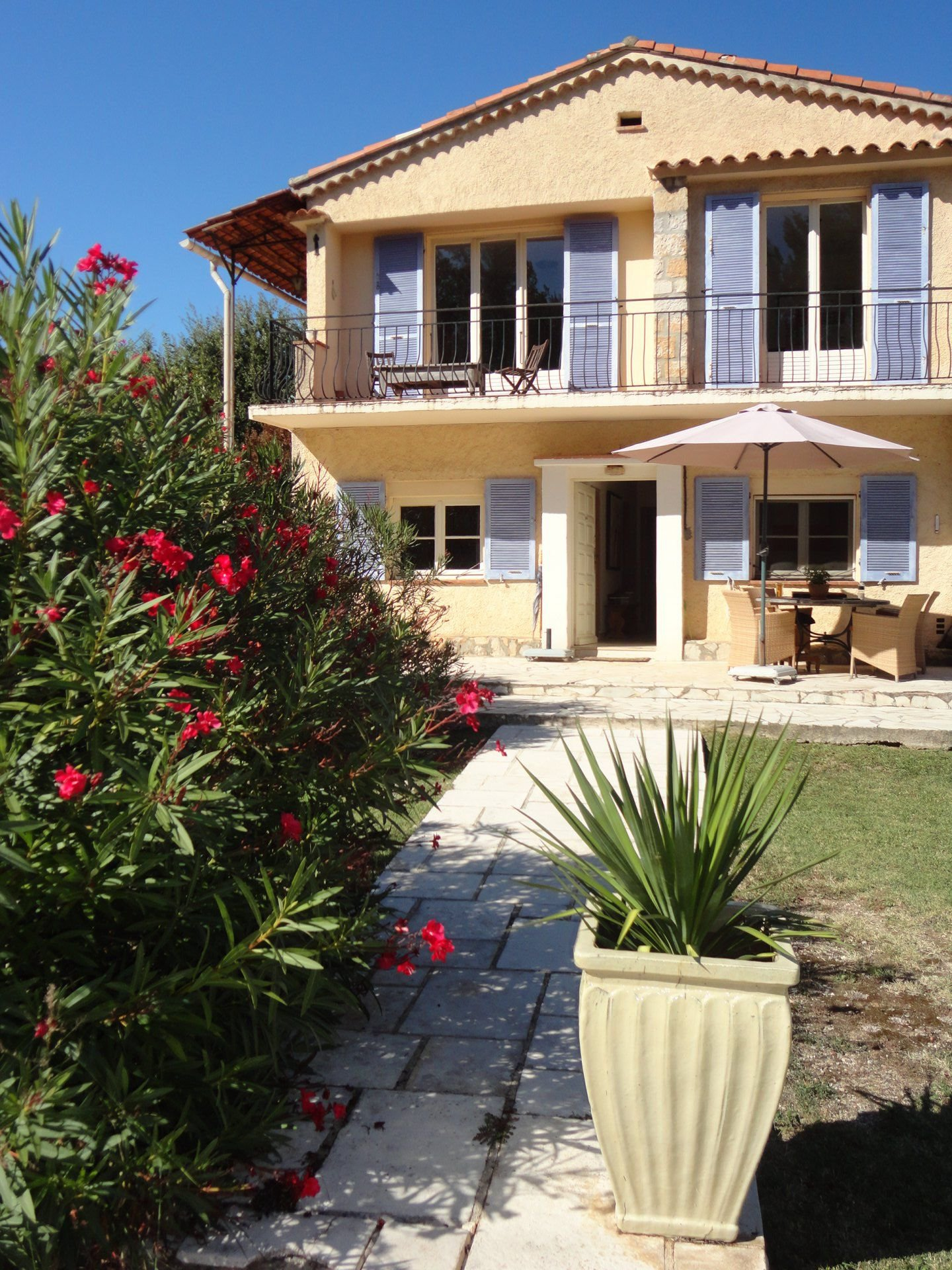Fayence: easy living house  with pool on flat land