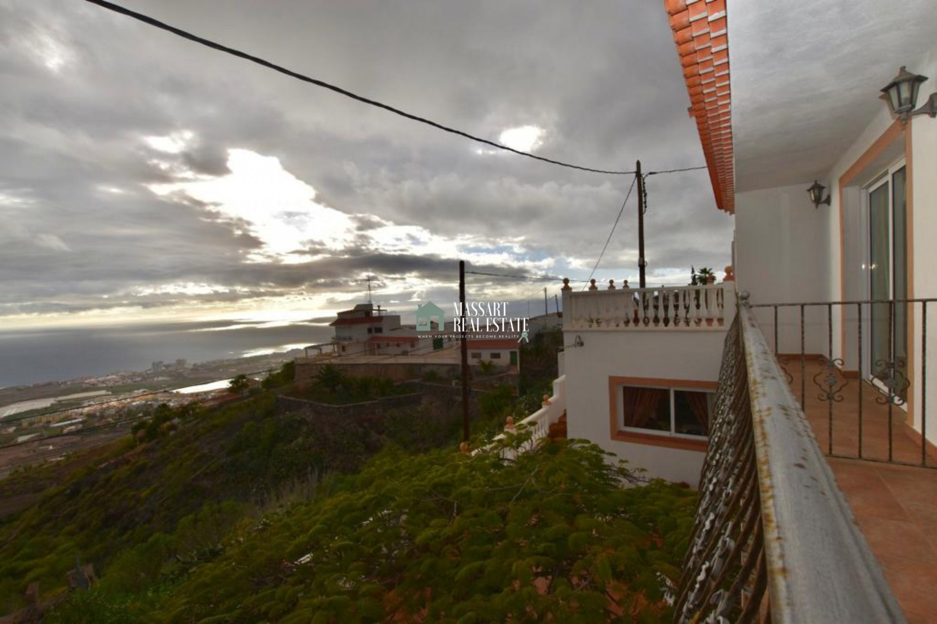 Unabhängiges Haus von 304 m2 in Las Moraditas (Adeje), das sich durch einen beeindruckenden Panoramablick auf das Meer auszeichnet.